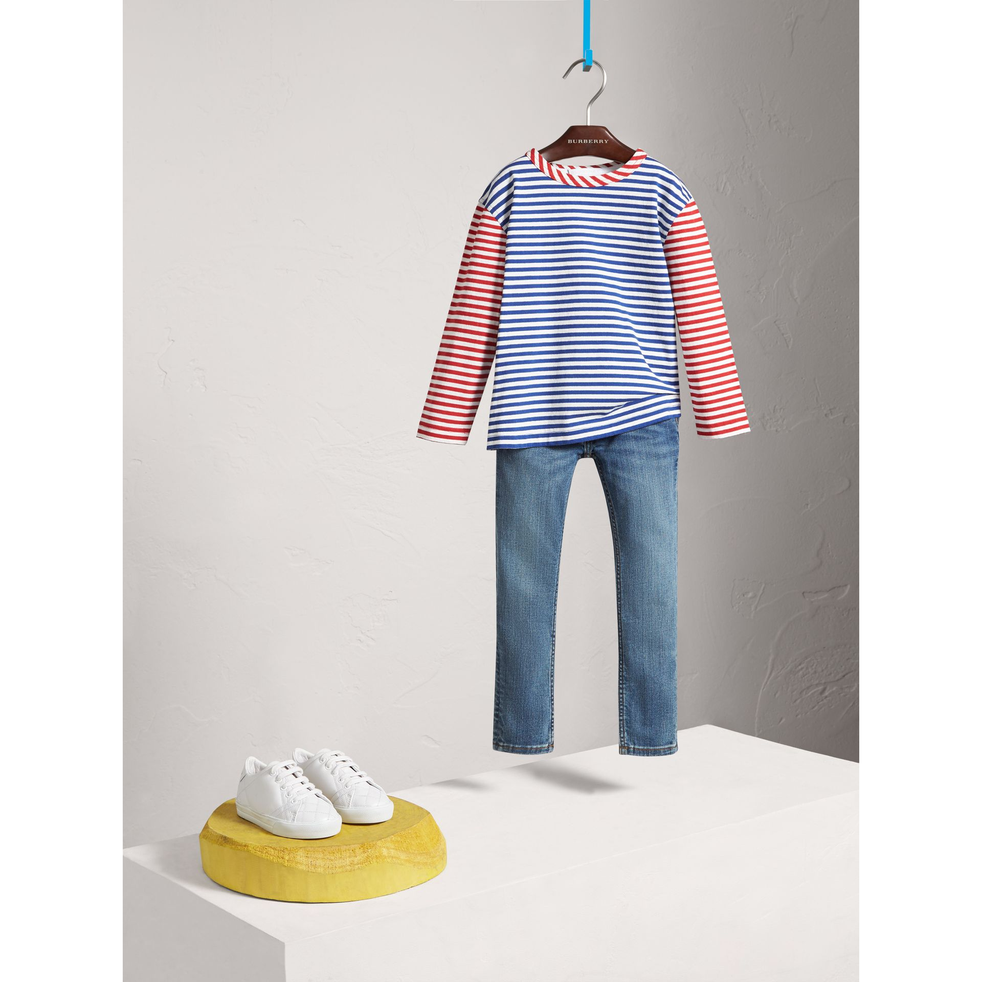 Jeans attillati in denim stretch (Indaco Medio) - Bambina | Burberry - immagine della galleria 2