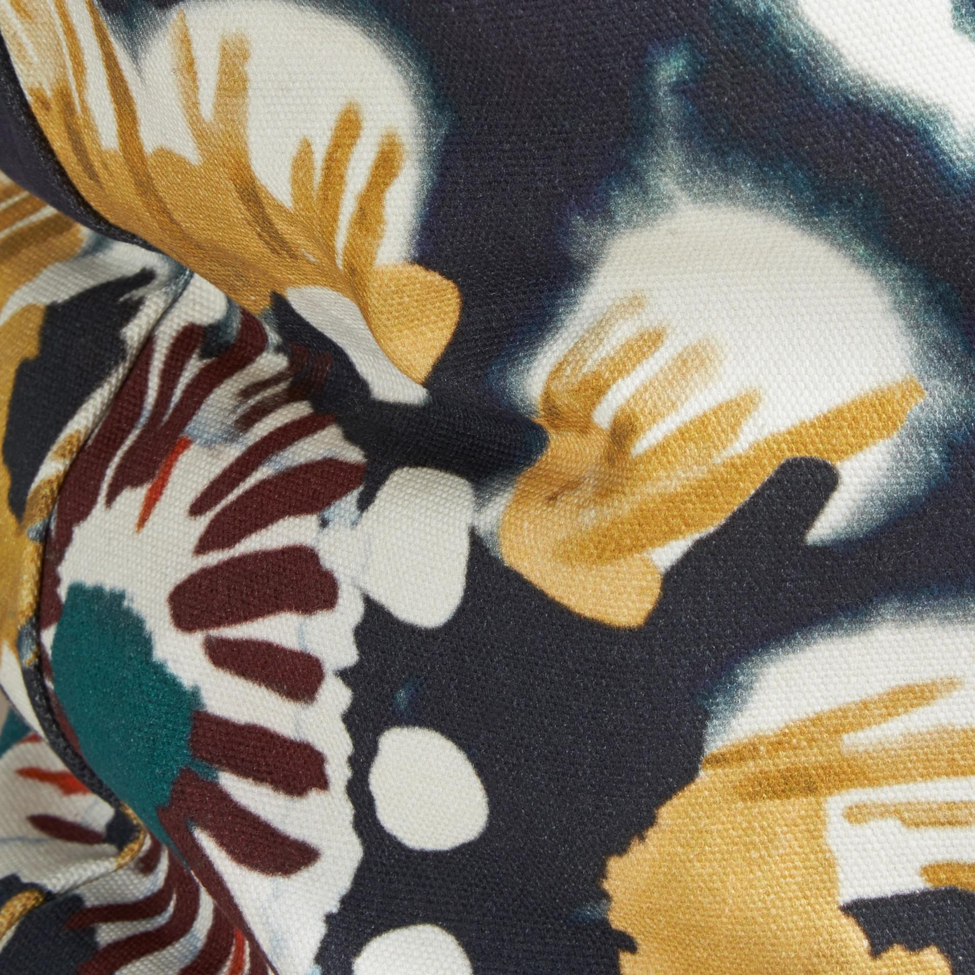 Encre Housse de coussin en coton à motif floral façon tie and dye Encre - photo de la galerie 2