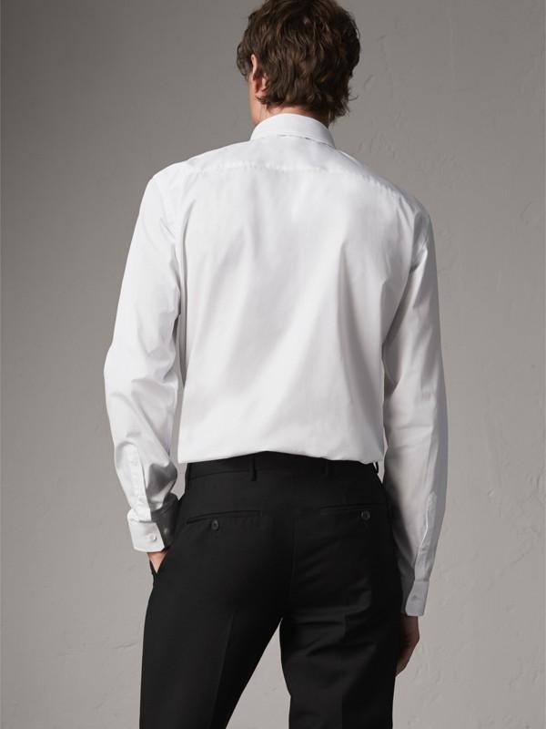 Camisa de popeline de algodão com colarinho abotoado e corte moderno (Branco) - Homens | Burberry - cell image 2