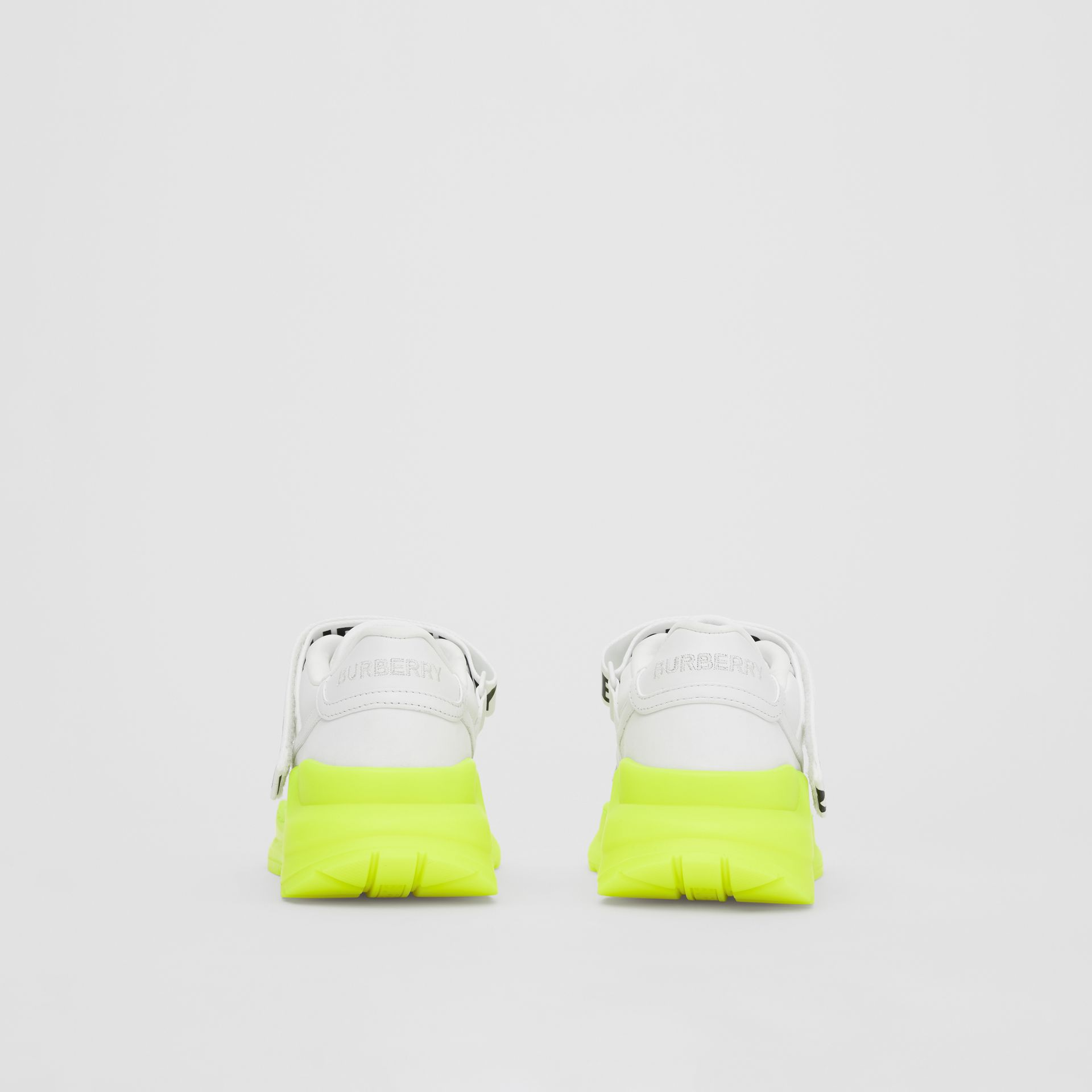 標誌細節皮革及尼龍運動鞋 (光白色/螢光黃) - 女款 | Burberry - 圖庫照片 4