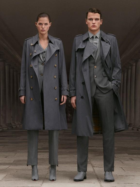 The Chelsea - Trench coat Heritage longo (Cinza Médio) - Homens | Burberry - cell image 1