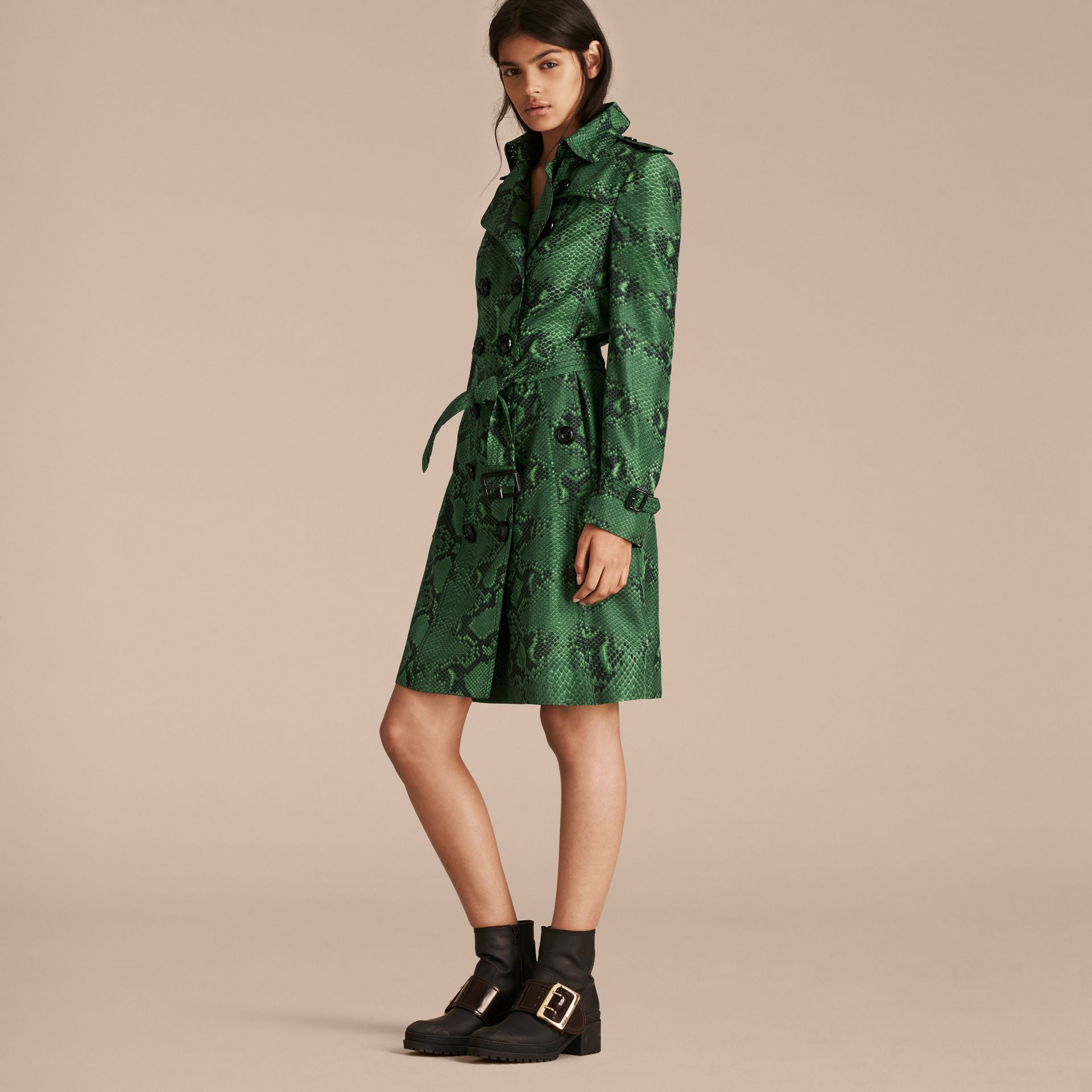 Verde brillante Trench coat in seta con stampa pitone Verde Brillante - immagine della galleria 6