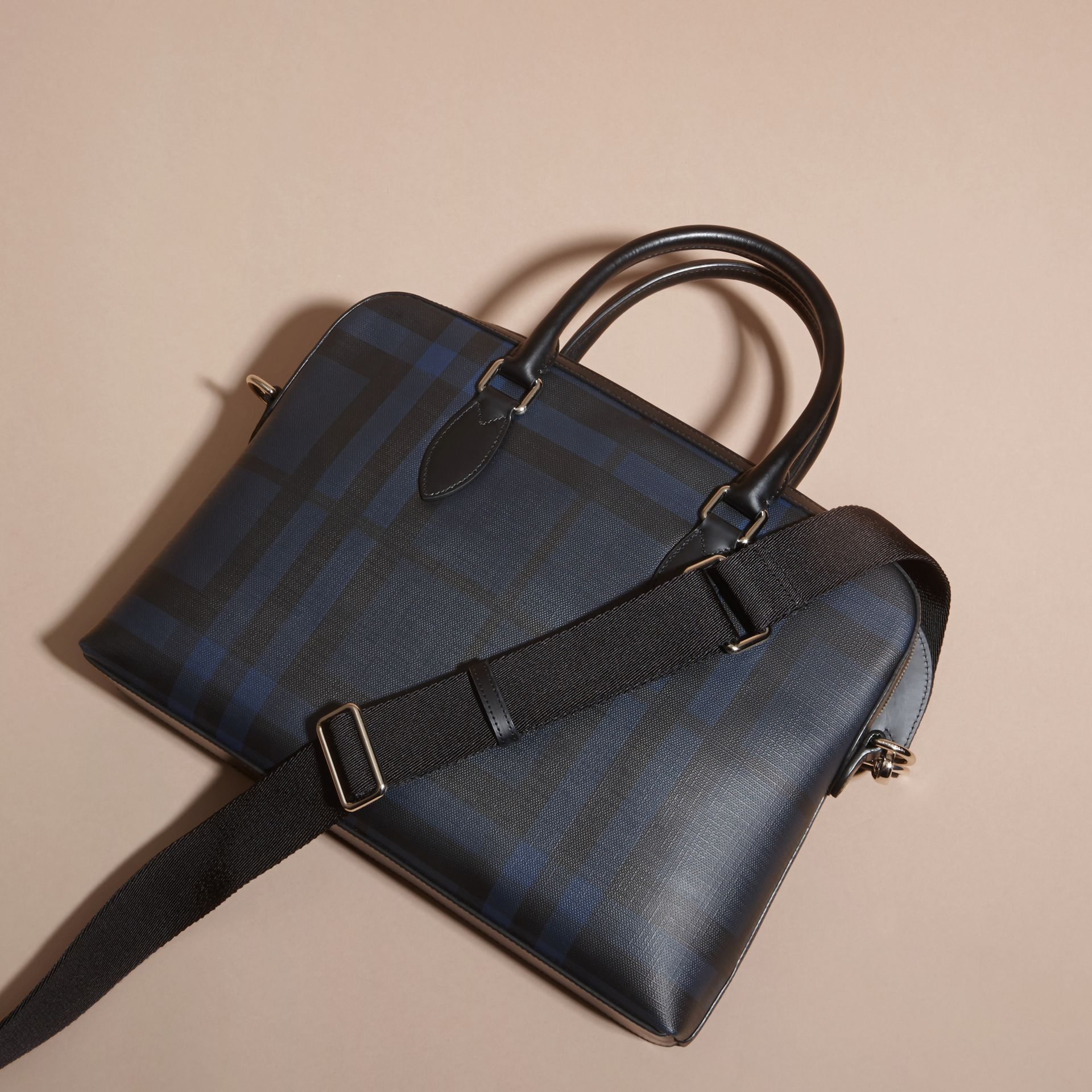 Sac The Barrow fin avec motif London check (Marine/noir) - Homme | Burberry - photo de la galerie 4