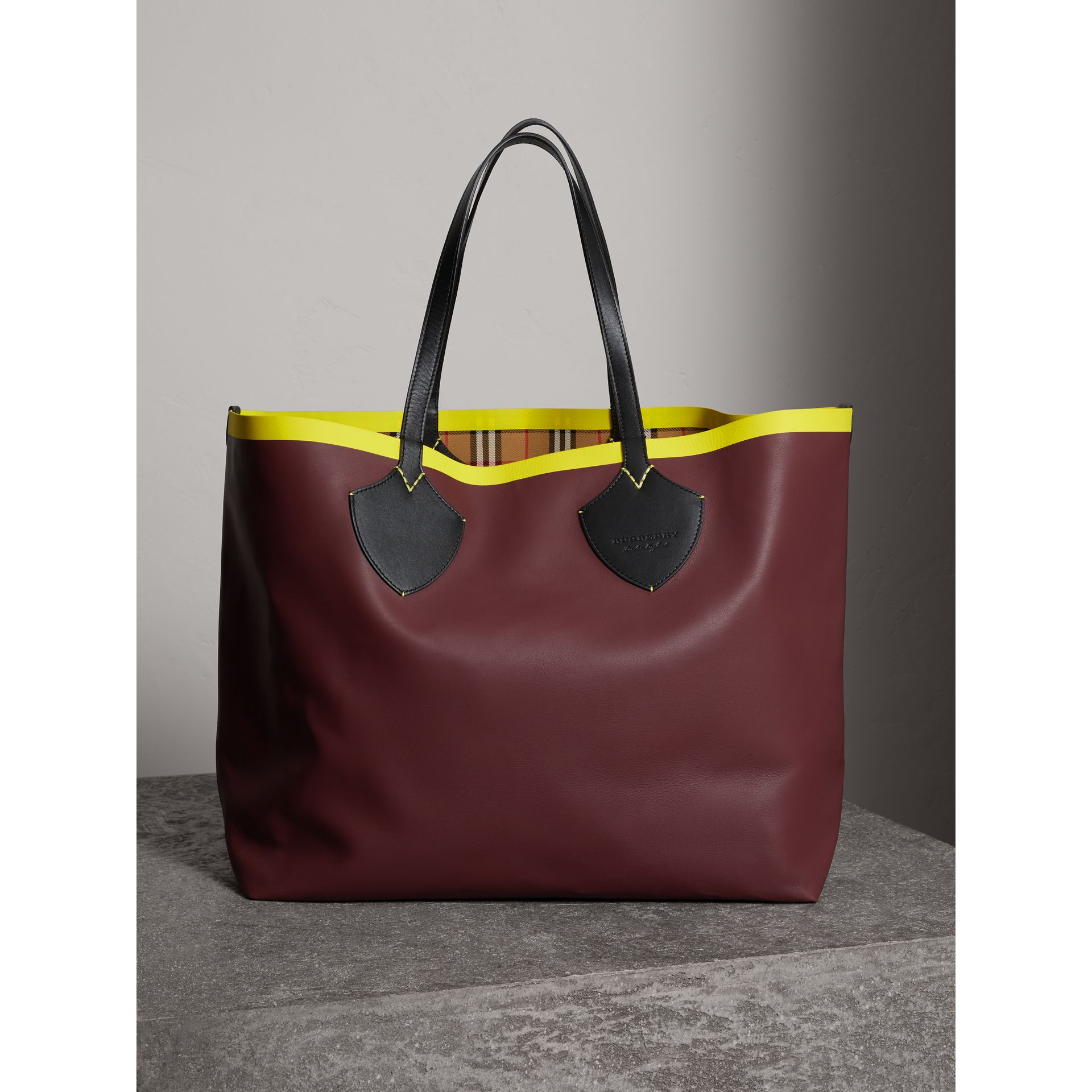 Sac tote The Giant réversible en coton à motif Vintage check et cuir (Rouge Acajou/jaune Antique) | Burberry Canada - photo de la galerie 7