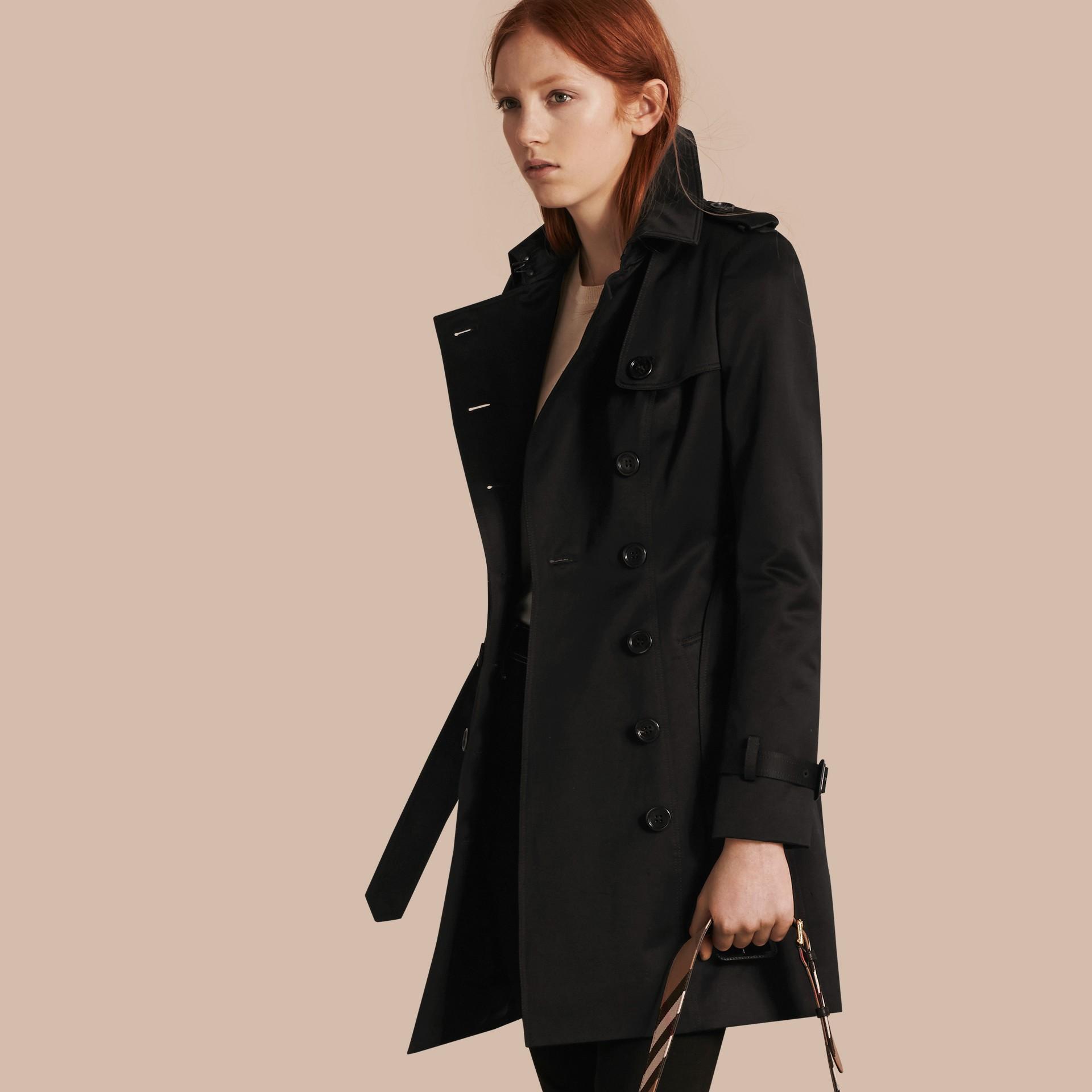 Nero Trench coat in satin di cotone Nero - immagine della galleria 1