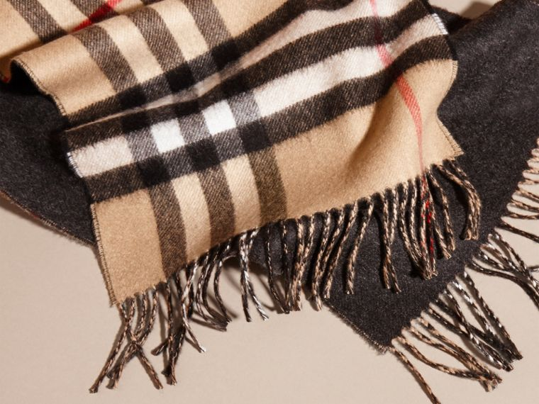 Reversible Check Cashmere and Block-colour Scarf in Camel/charcoal - cell image 4