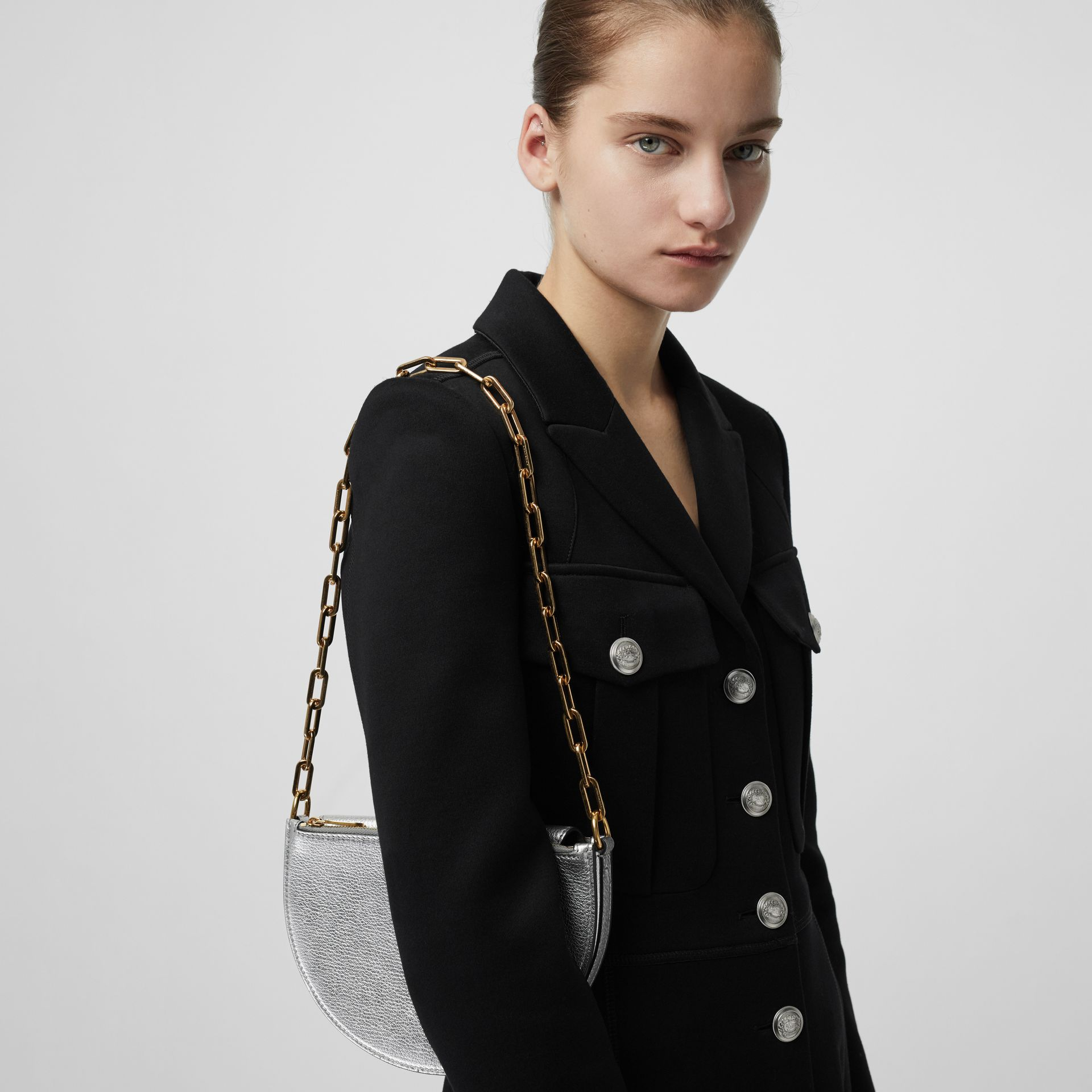 The Small D-Bag aus Metallic-Leder (Silberfarben) - Damen | Burberry - Galerie-Bild 2