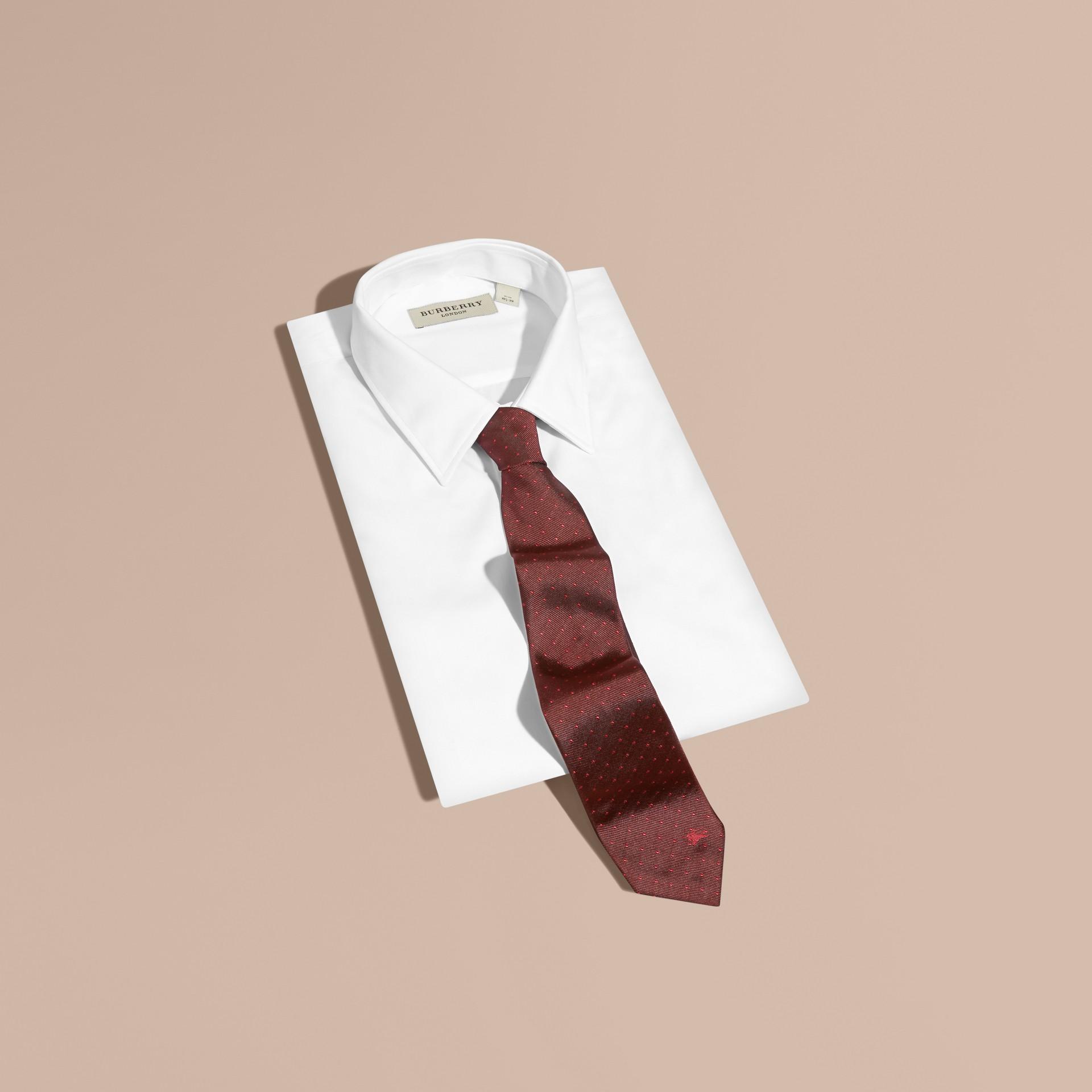 Deep claret Gravata de seda com corte moderno e estampa de poás - galeria de imagens 1