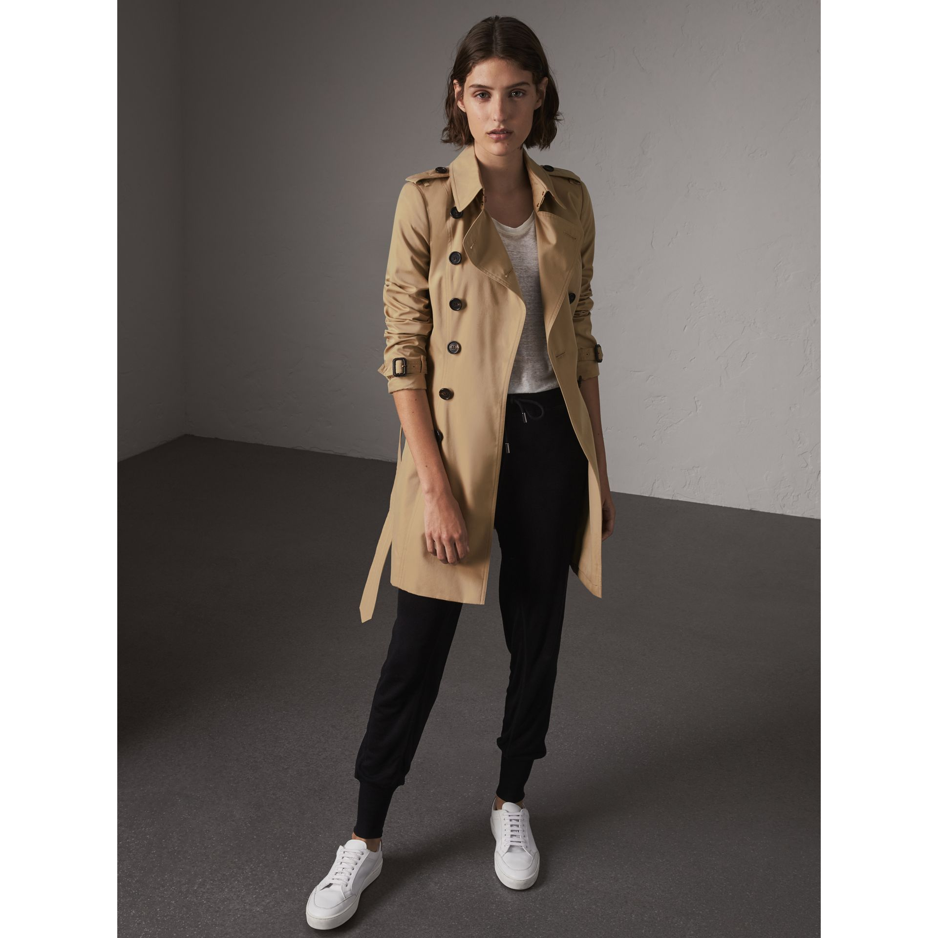The Chelsea - Trench coat Heritage medio (Miele) - Donna | Burberry - immagine della galleria 1