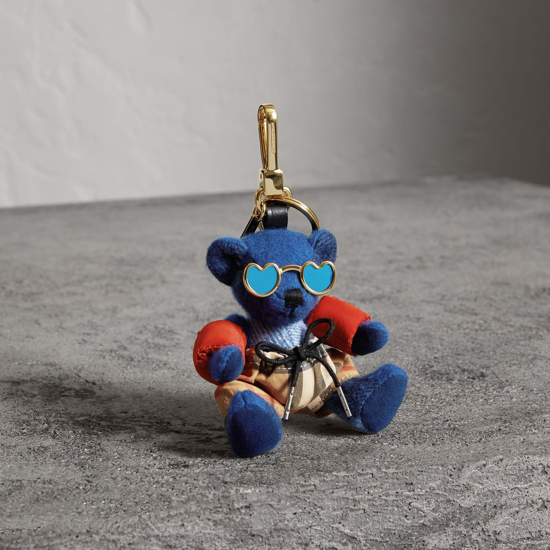Bijou porte-clés Thomas Bear en tenue de plage (Bleu Officier) | Burberry - photo de la galerie 0