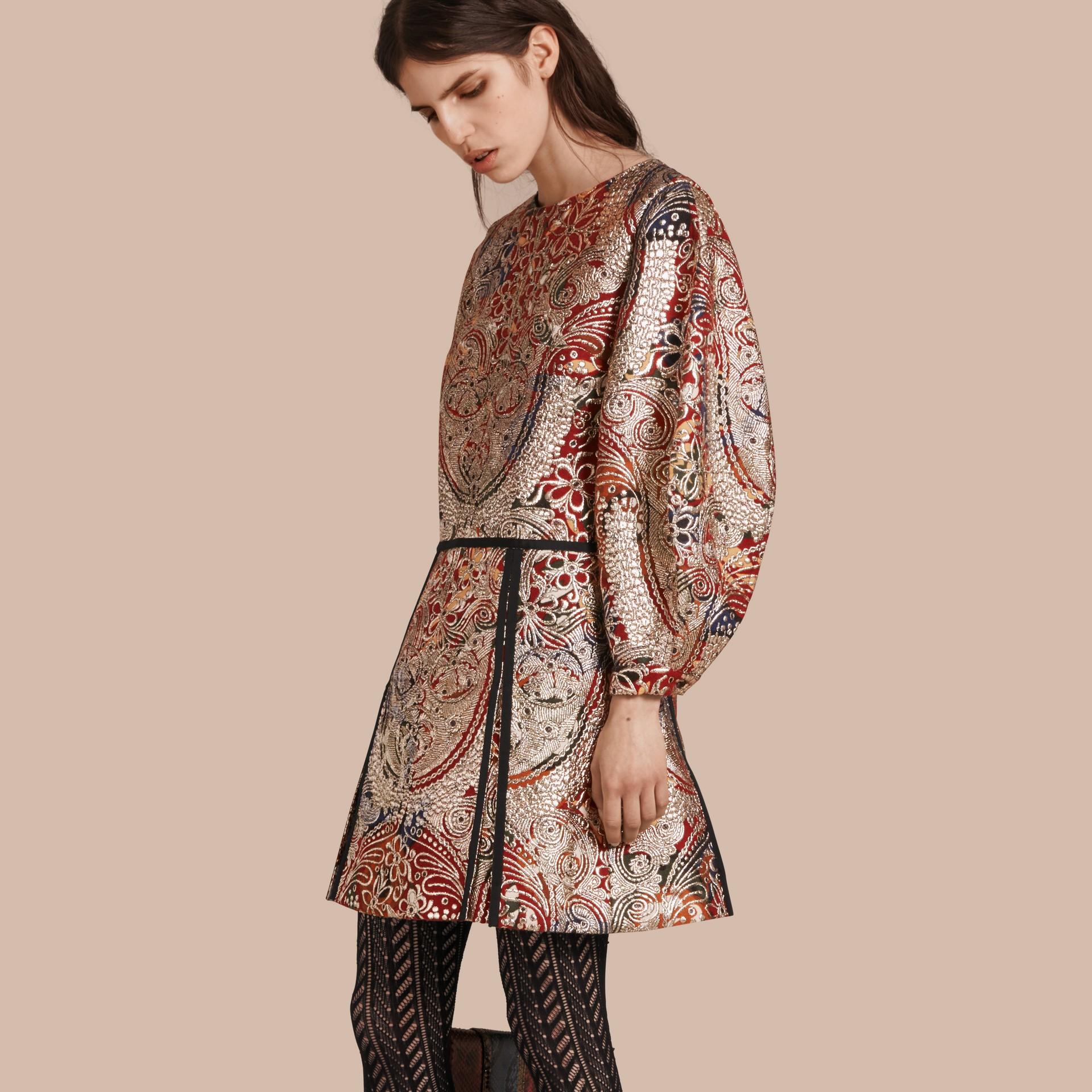 Brun roux Robe à manches sculpturales avec motif floral métallisé en jacquard - photo de la galerie 1