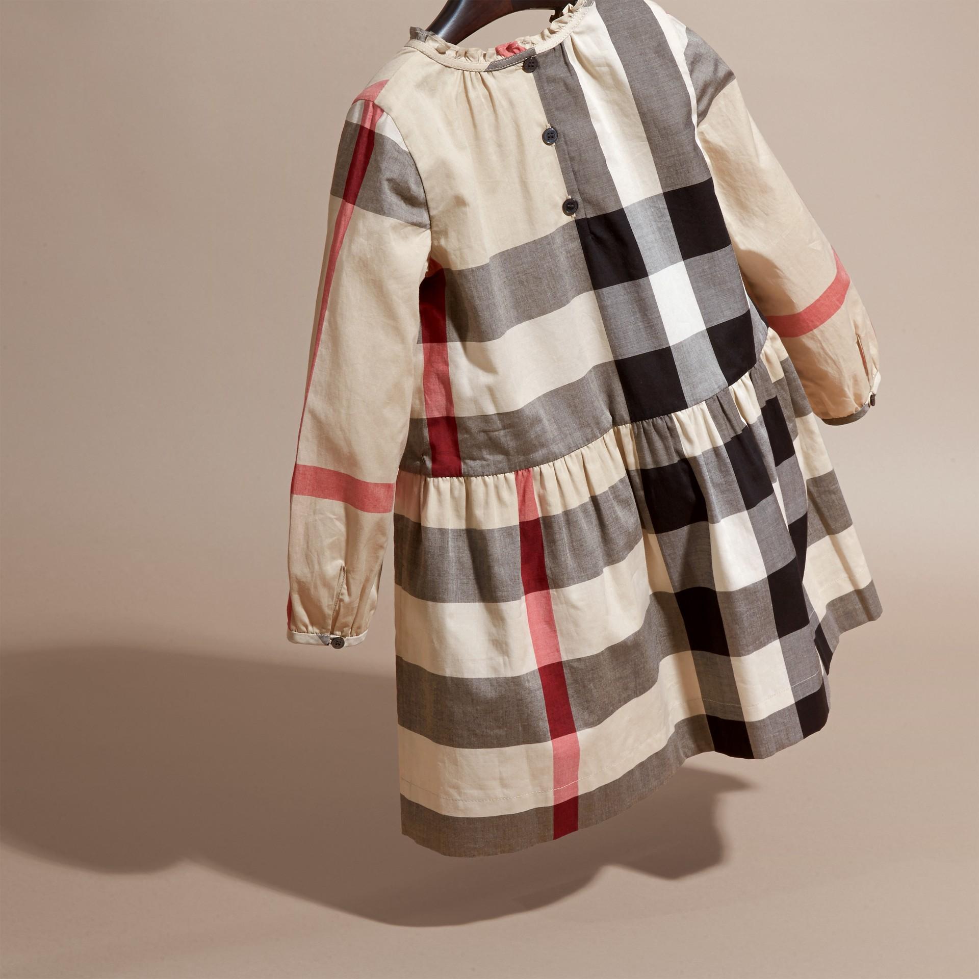 新經典格紋 褶飾細節格紋棉質洋裝 新經典格紋 - 圖庫照片 4