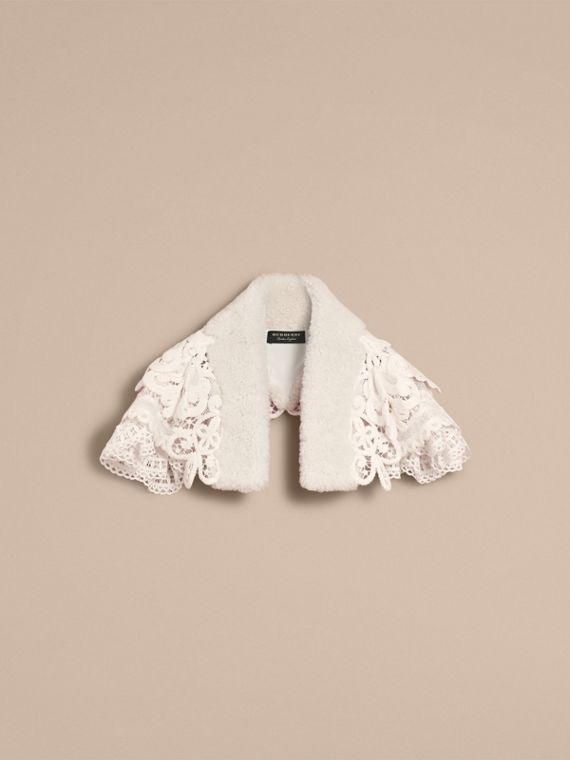 Mantellina in pizzo con collo in shearling (Bianco) - Donna | Burberry - cell image 3