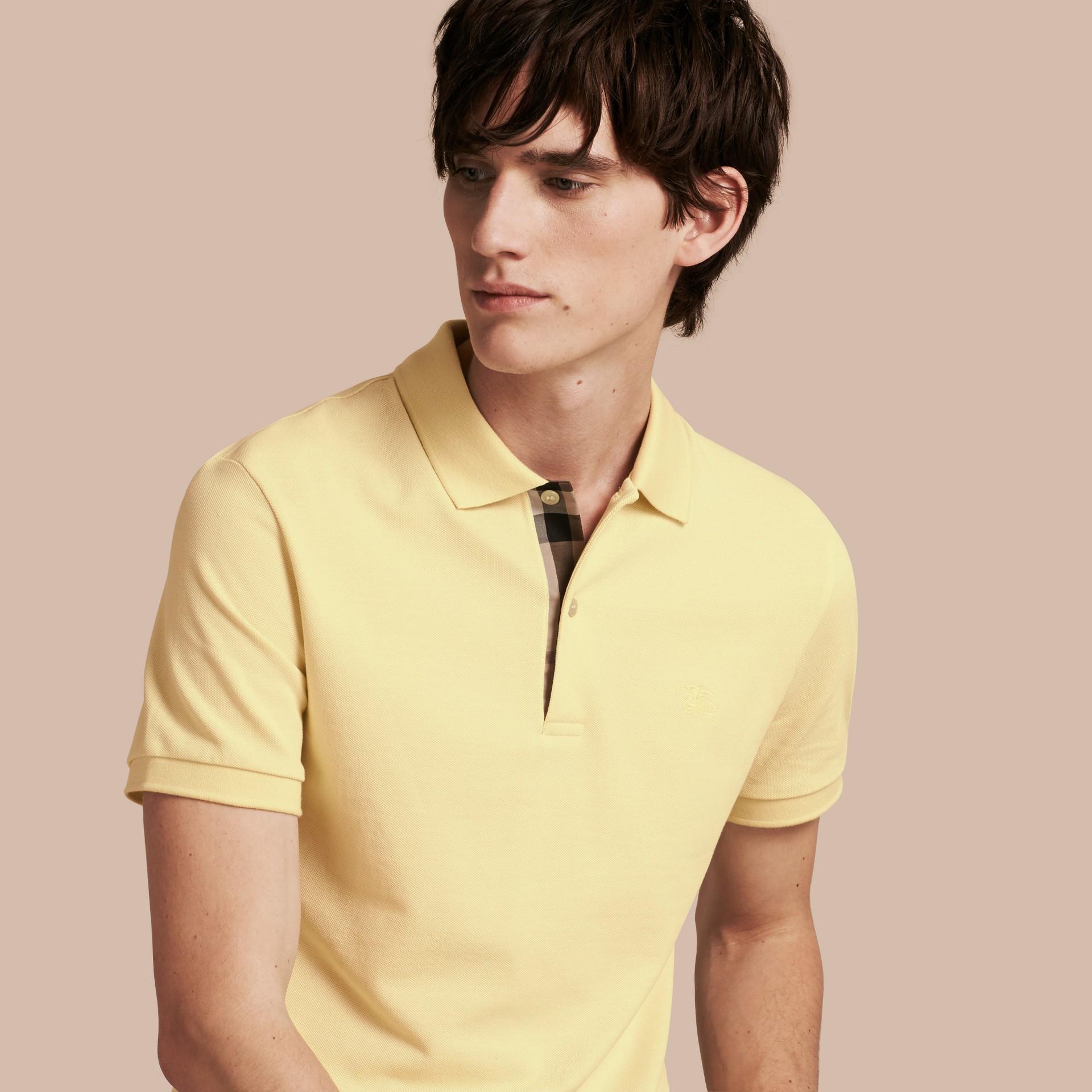 Camisa polo de algodão piquê com tira de botões xadrez (Amarelo Baunilha) - Homens | Burberry - galeria de imagens 1