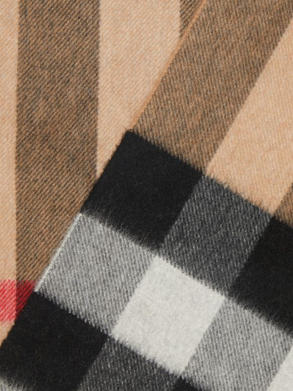 The Large Classic Cashmere Scarf in Check in Camel | Burberry - cell image 1