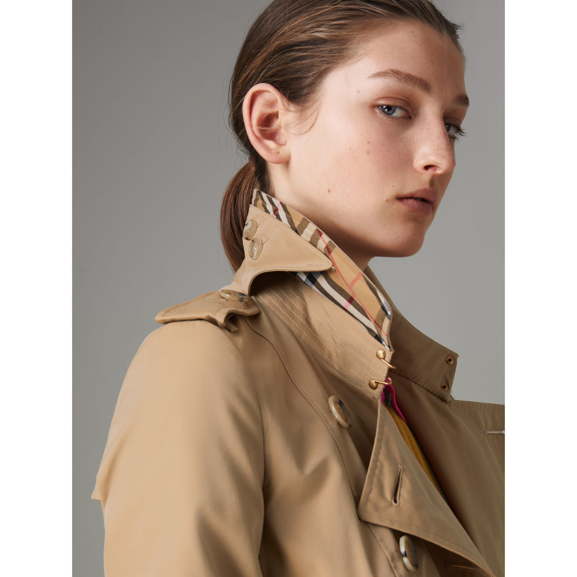 The Long Chelsea Heritage Trench Coat in Honey - Women | Burberry - gallery image 4