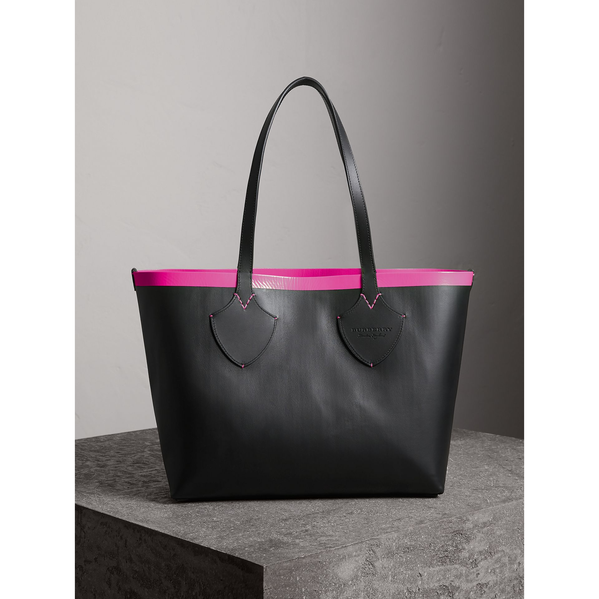 The Medium Giant Reversible Tote in Canvas and Leather in Black/neon Pink | Burberry - gallery image 4