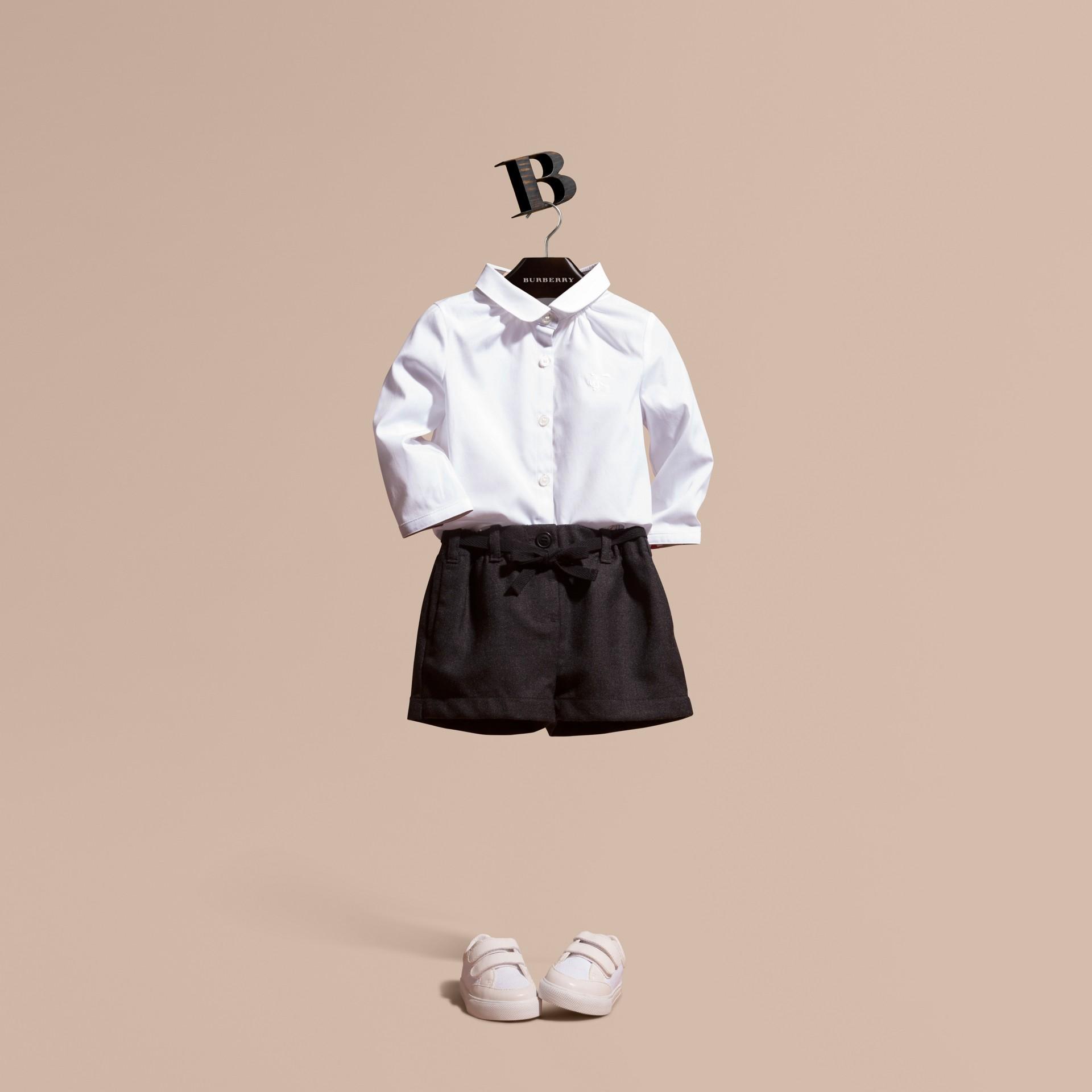 Blanco Camisa en algodón elástico con cuello Peter Pan - imagen de la galería 1