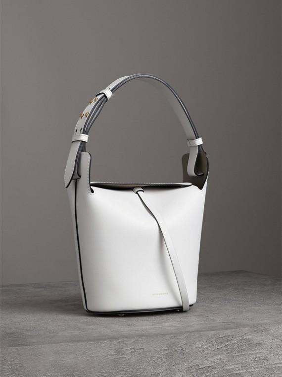 Die Tasche Burberry Small Bucket aus Leder (Kreideweiss)