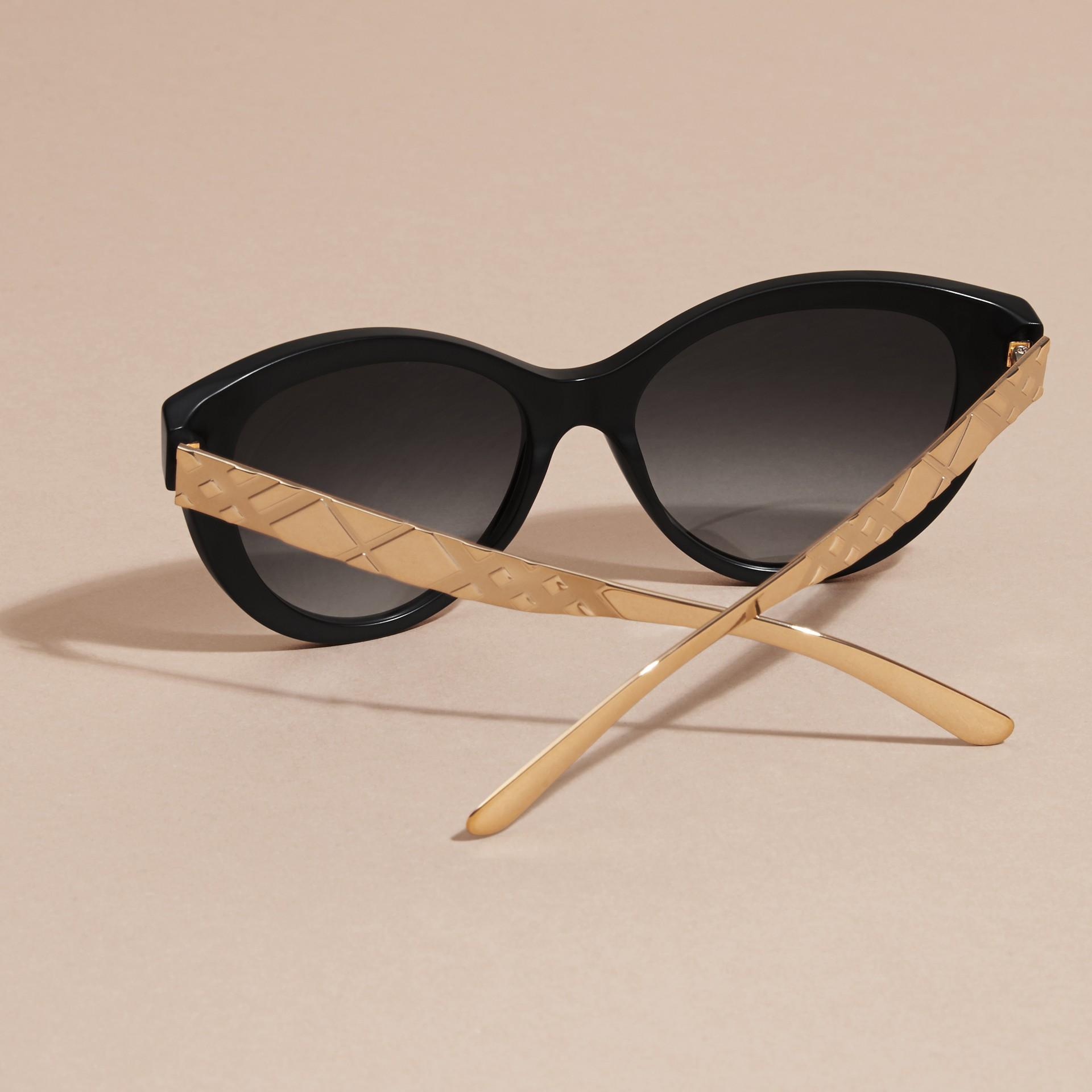 Nero Occhiali da sole con montatura cat-eye e motivo check tridimensionale Nero - immagine della galleria 5