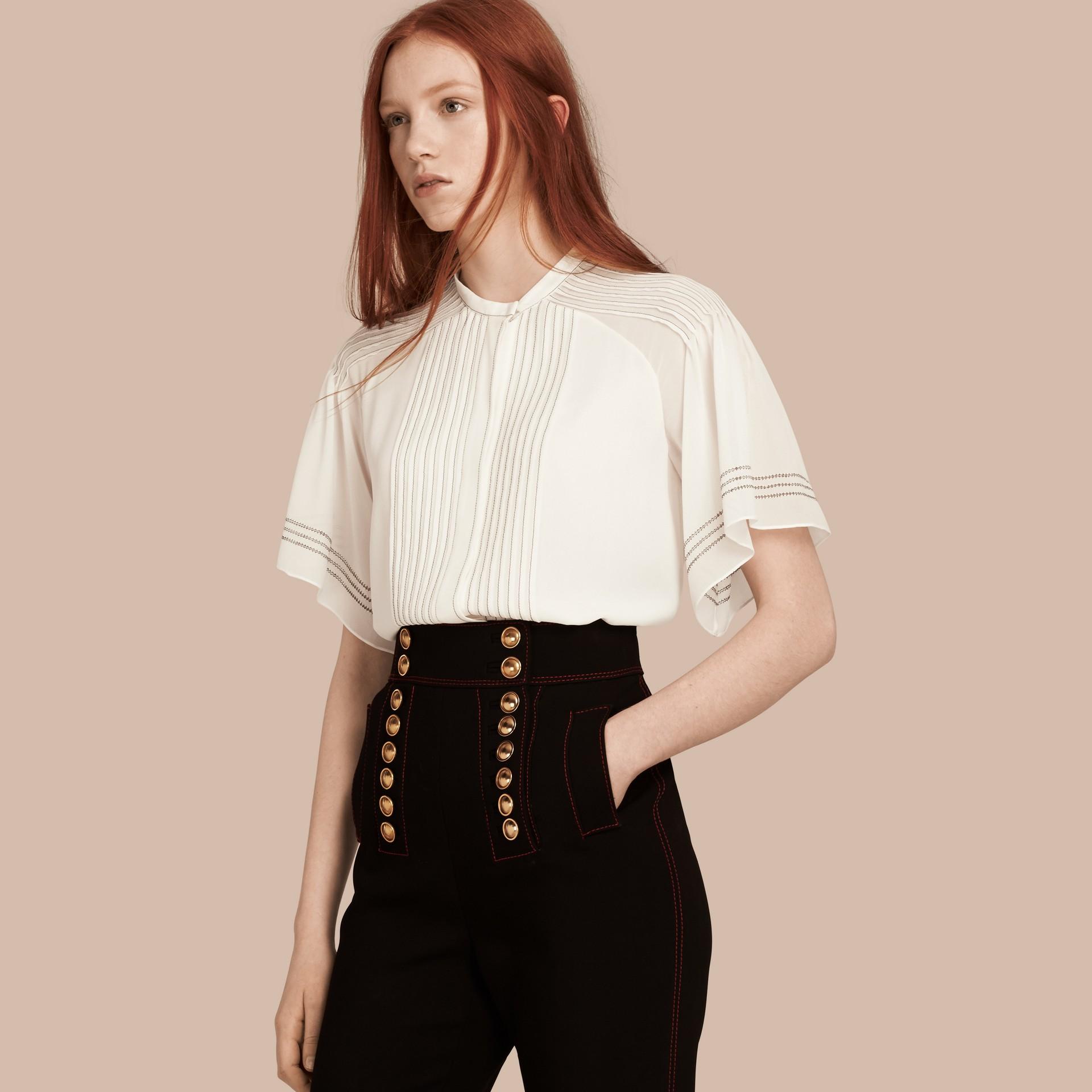 Bianco Blusa in seta con maniche stile mantella - immagine della galleria 1