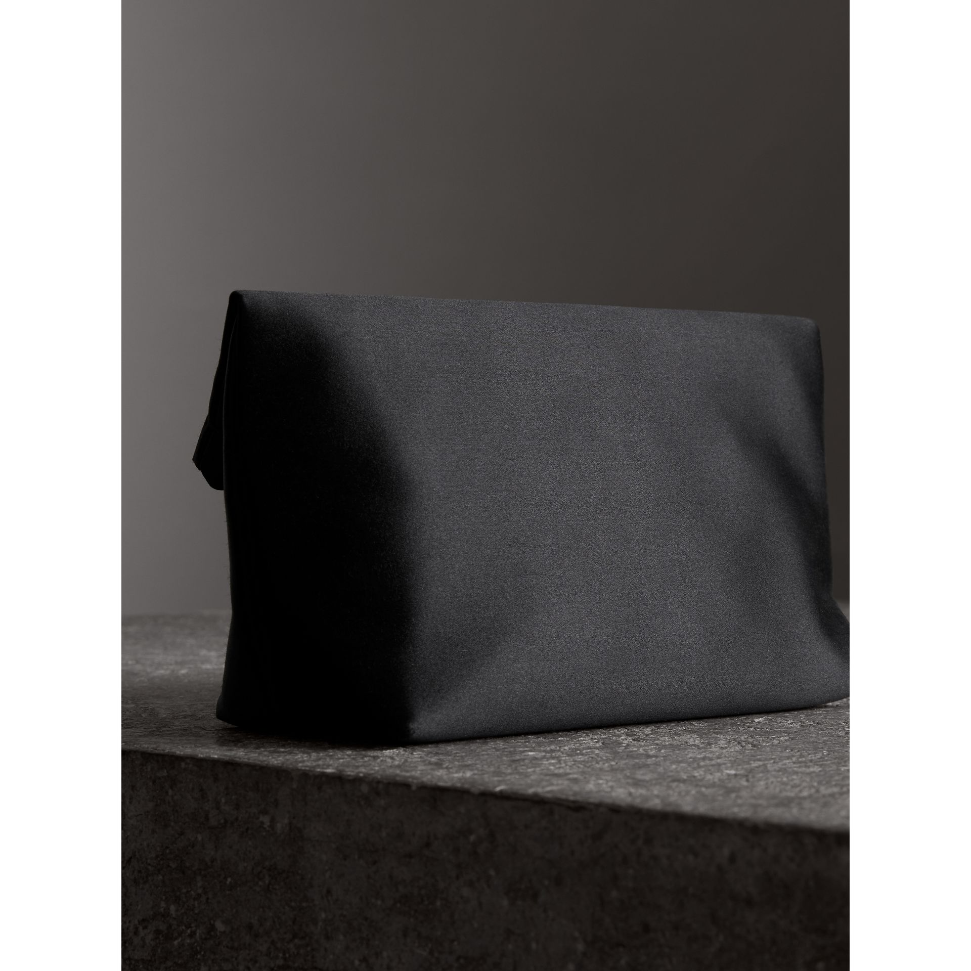 Petit clutch The Pin en satin (Noir) - Femme | Burberry - photo de la galerie 4