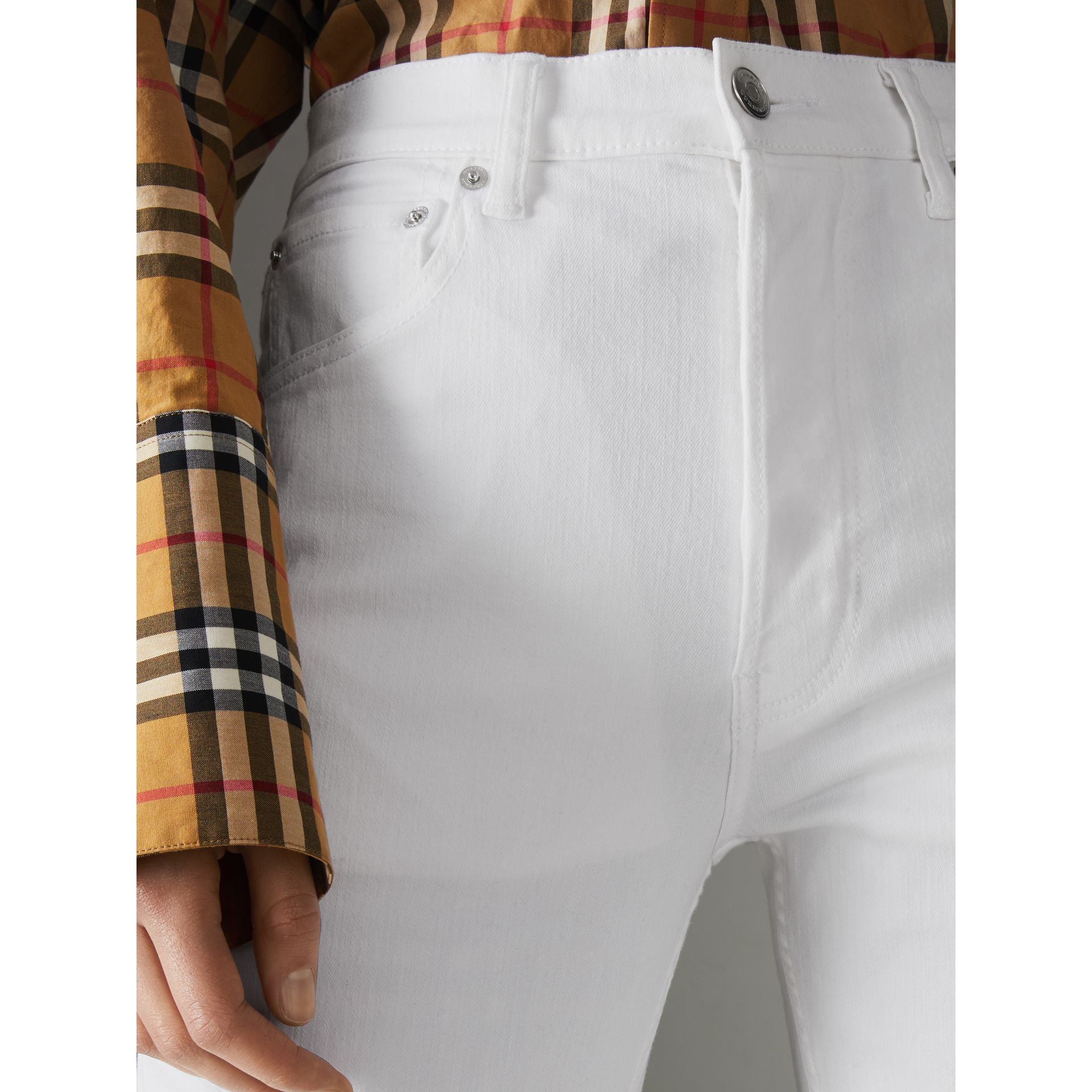 Jean de coupe droite en denim ultra-stretch (Blanc) - Femme | Burberry - photo de la galerie 5