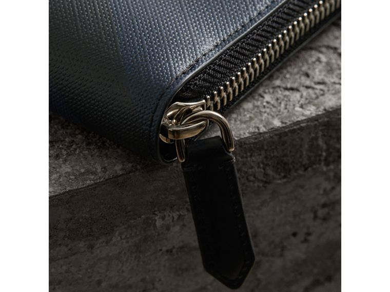 Cartera en London Checks con cremallera perimetral (Azul Marino/negro) - Hombre | Burberry - cell image 1