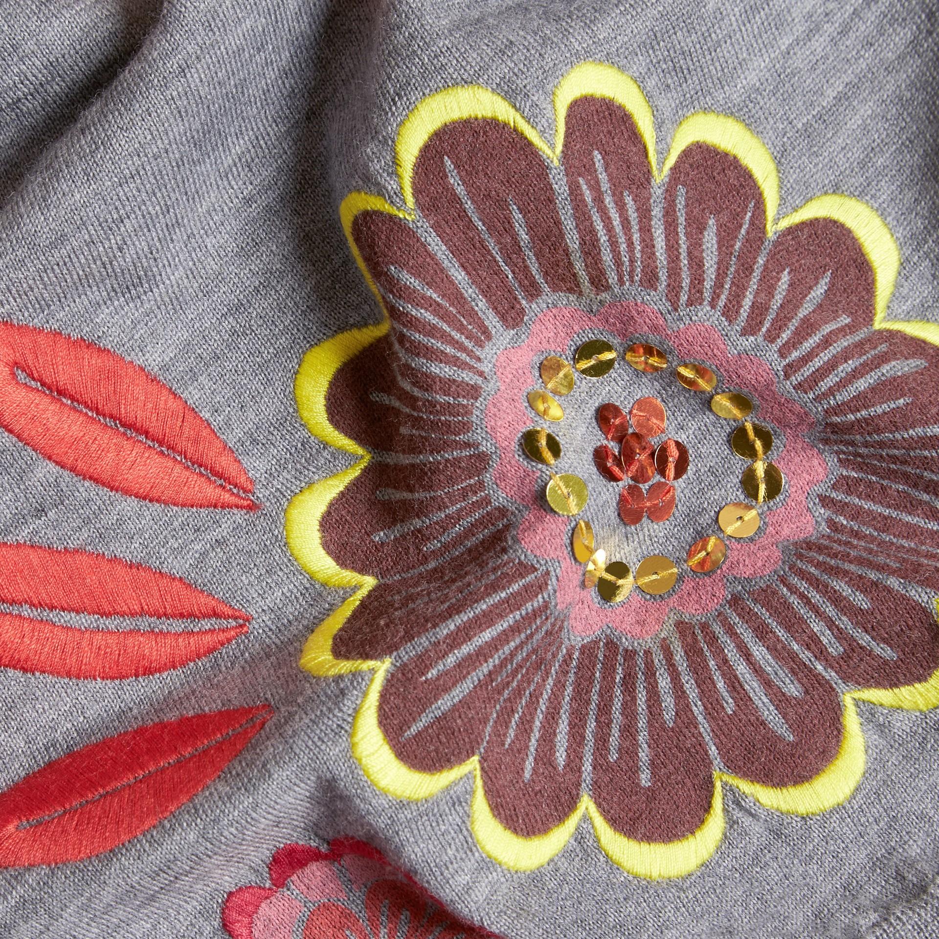 Grigio medio mélange Pullover in lana Merino con scollo a V e decorazione floreale - immagine della galleria 2