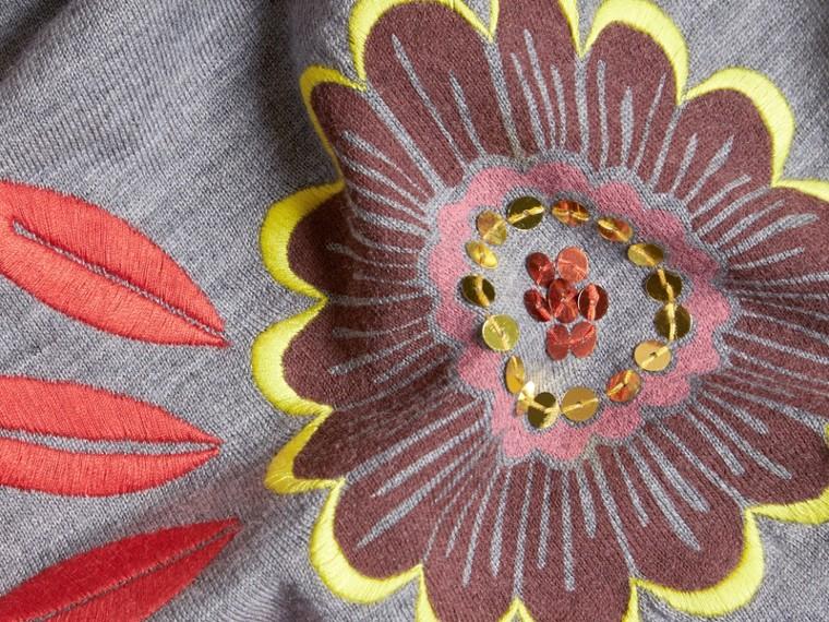 Grigio medio mélange Pullover in lana Merino con scollo a V e decorazione floreale - cell image 1