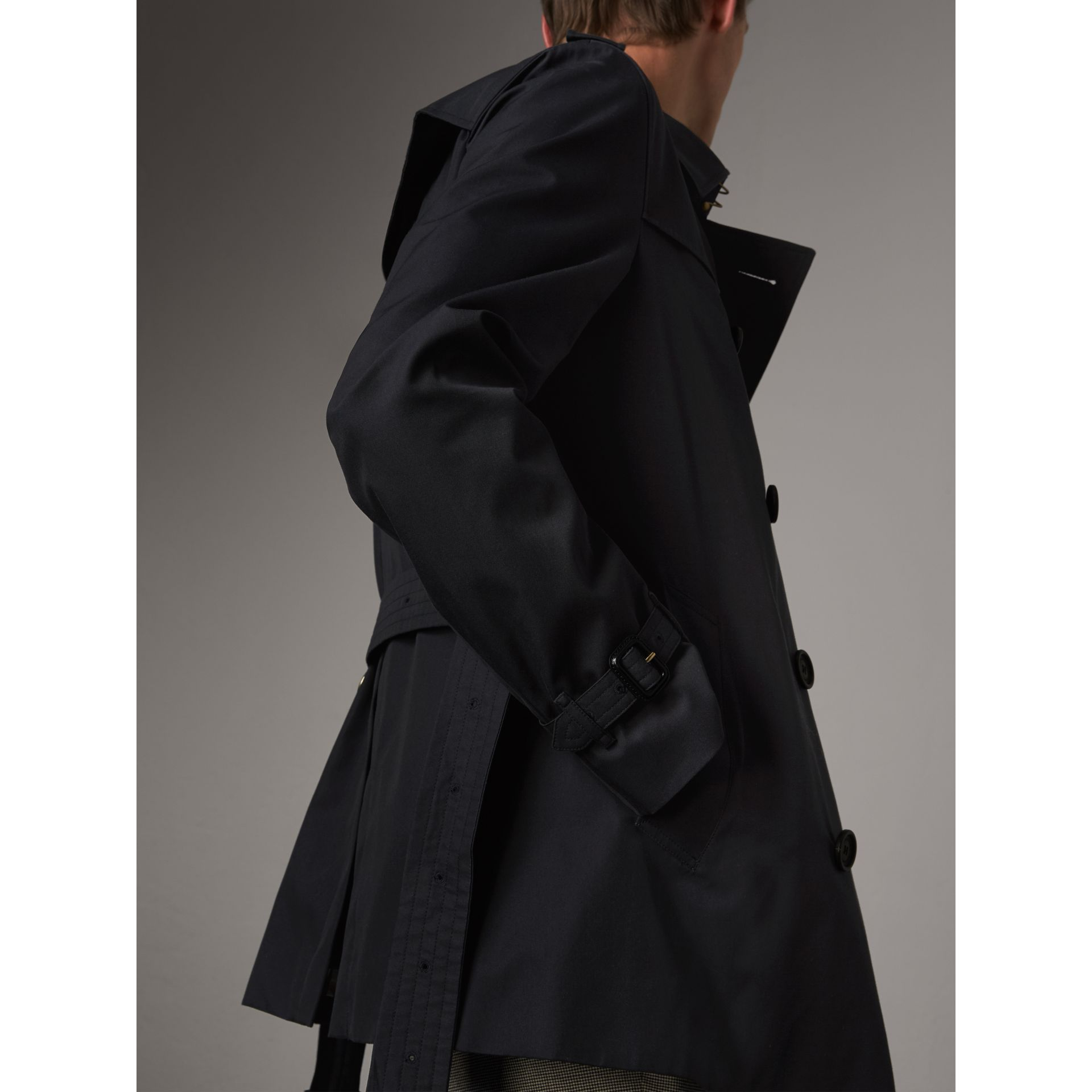 The Chelsea – Short Heritage Trench Coat in Navy - Men | Burberry - gallery image 7