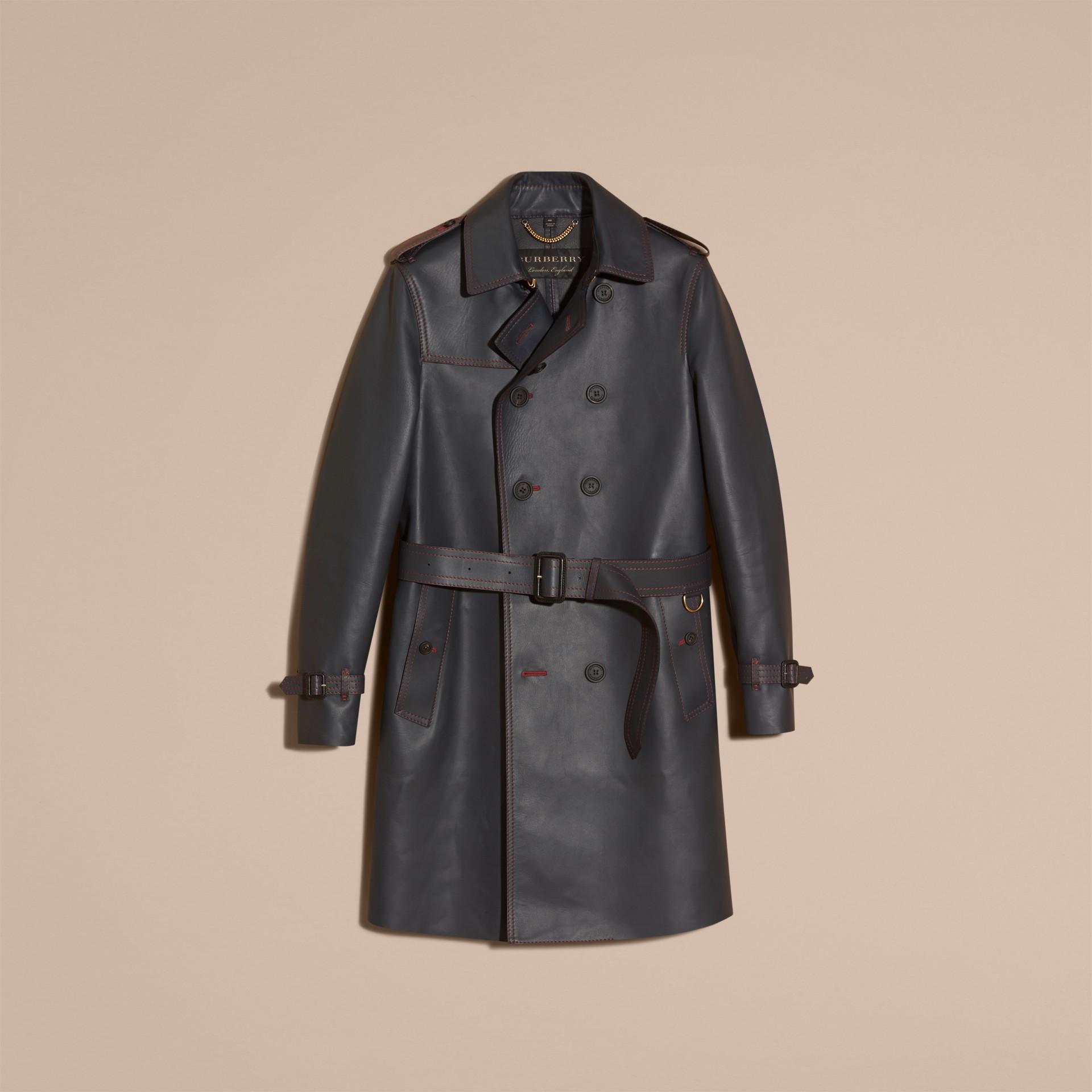 Navy scuro Trench coat in pelle di agnello con impunture militari - immagine della galleria 4