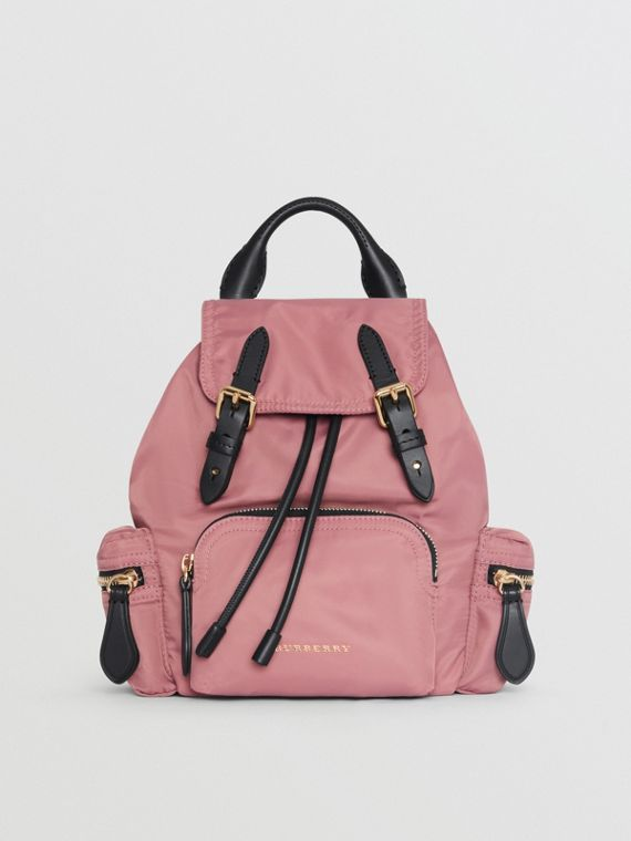 The Small Crossbody Rucksack aus Nylon (Malvenfarben-rosa)