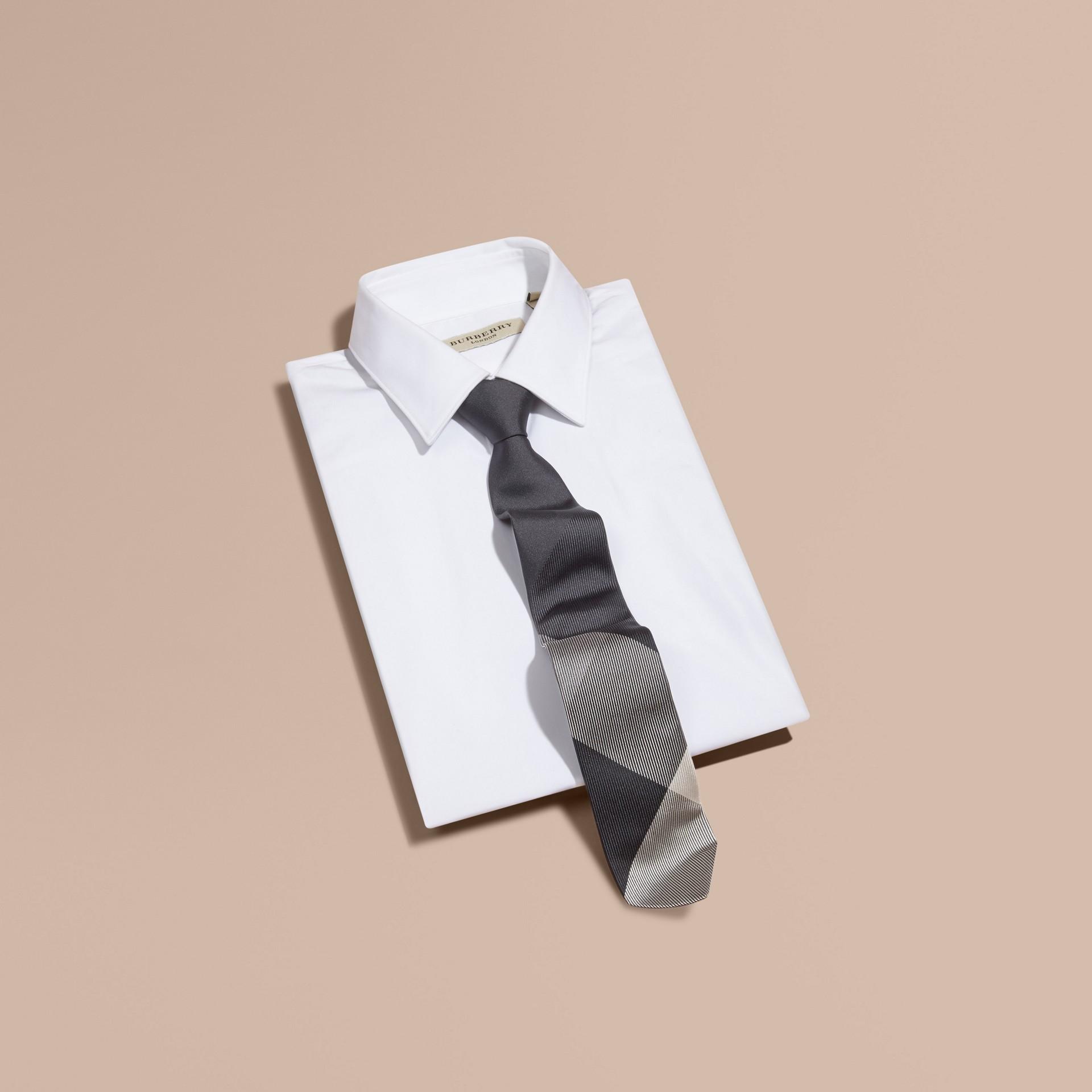 Gris moyen Cravate moderne en soie et jacquard à motif check Gris Moyen - photo de la galerie 3