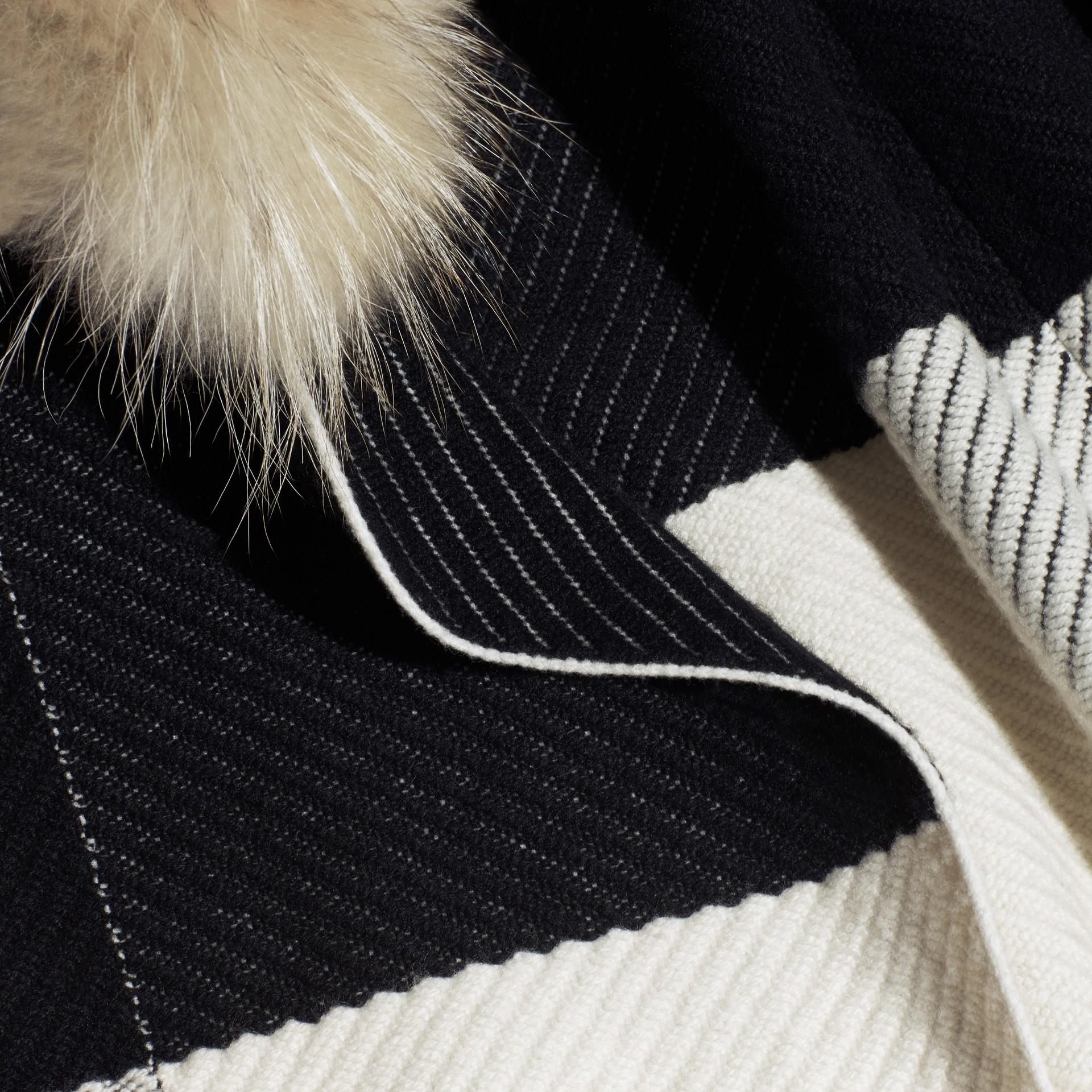 Noir/blanc Poncho en laine et cachemire mélangés à motif check avec col en fourrure de raton laveur - photo de la galerie 2