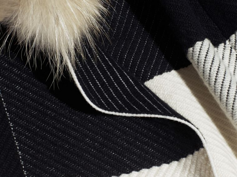 Noir/blanc Poncho en laine et cachemire mélangés à motif check avec col en fourrure de raton laveur - cell image 1