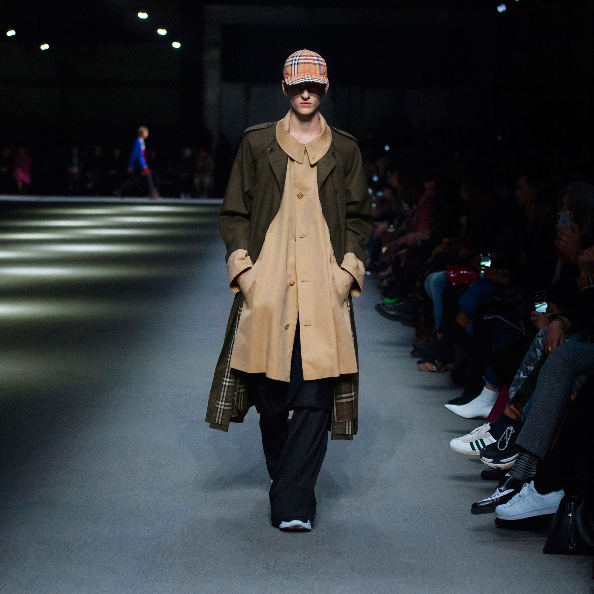 Trench coat in gabardine tropicale (Verde Cachi Scuro) | Burberry - immagine della galleria 6