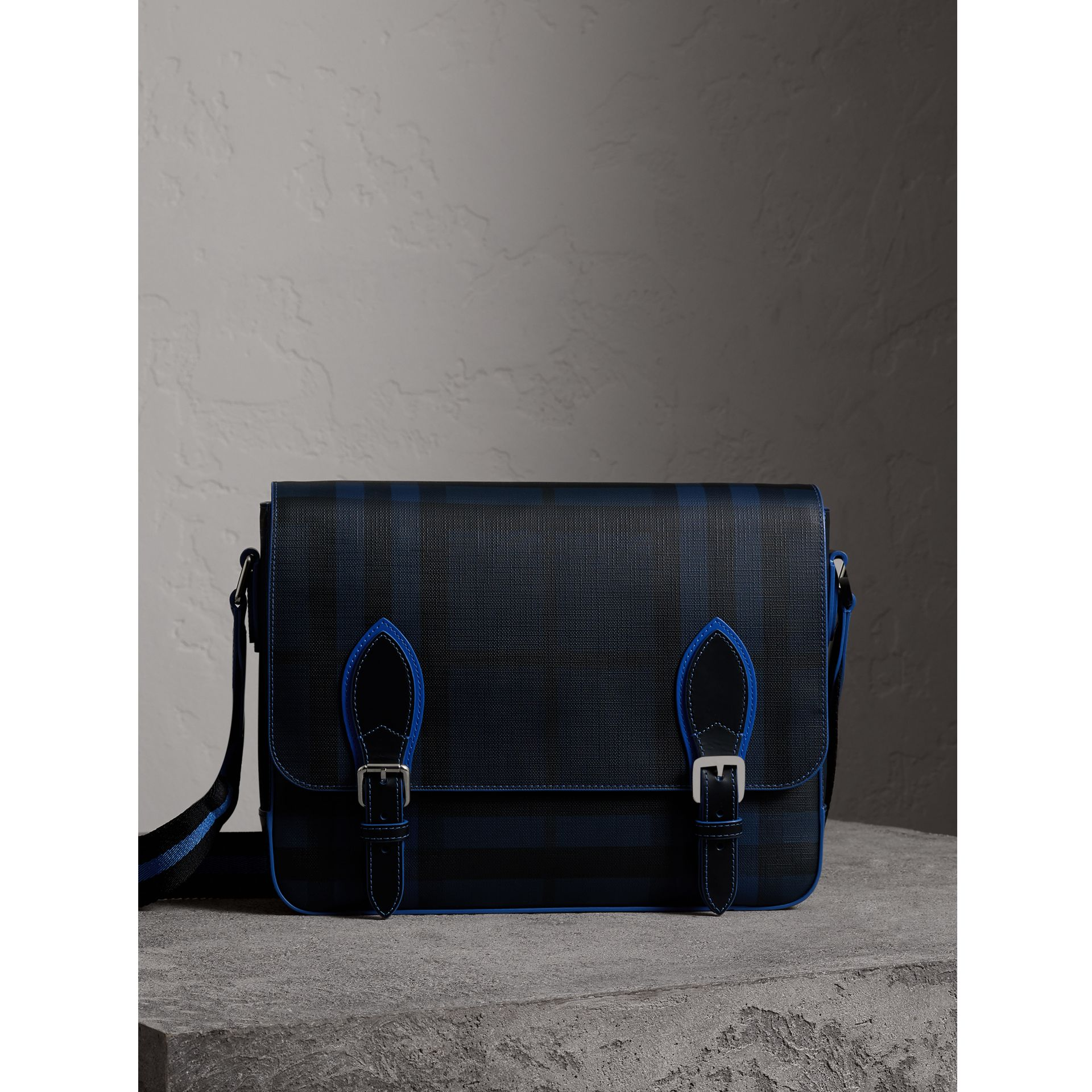 Borsa messenger media bicolore con motivo London check (Navy/blu) - Uomo | Burberry - immagine della galleria 0