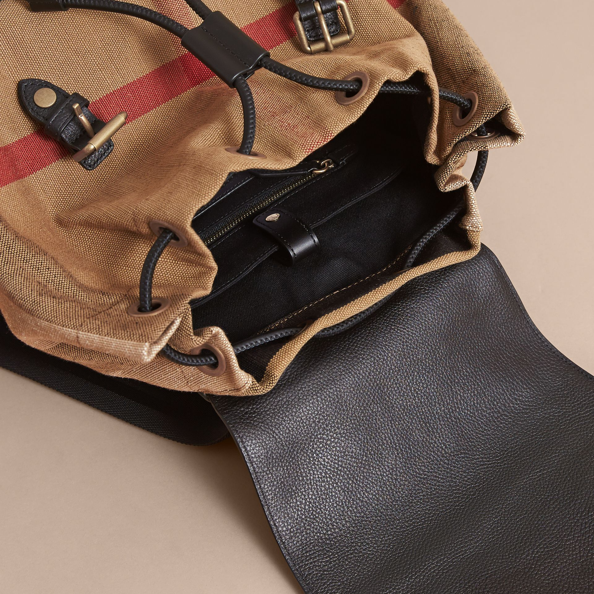 Grand sac The Rucksack en toile Canvas check et cuir (Classique) - Homme | Burberry - photo de la galerie 5