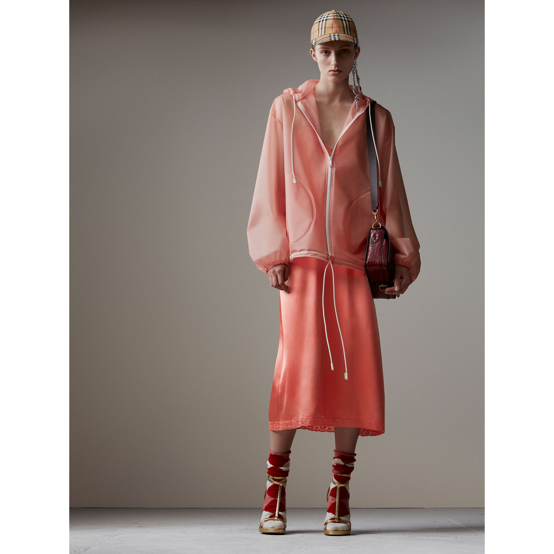 Robe combinaison en soie avec dentelle de Chantilly (Rouge Corail) - Femme | Burberry - photo de la galerie 4