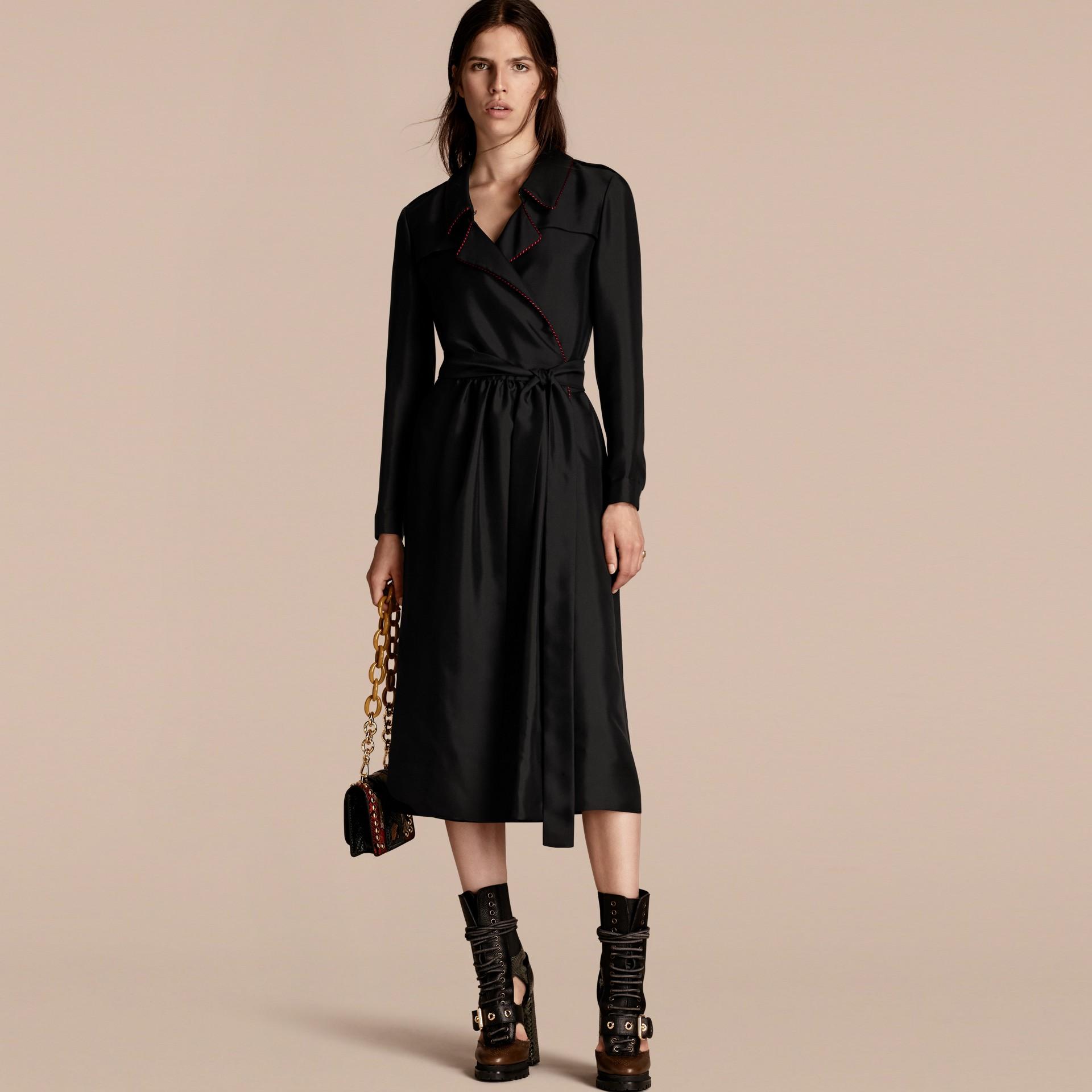 Preto Vestido Trench estilo wrap de seda com debrum militar - galeria de imagens 1