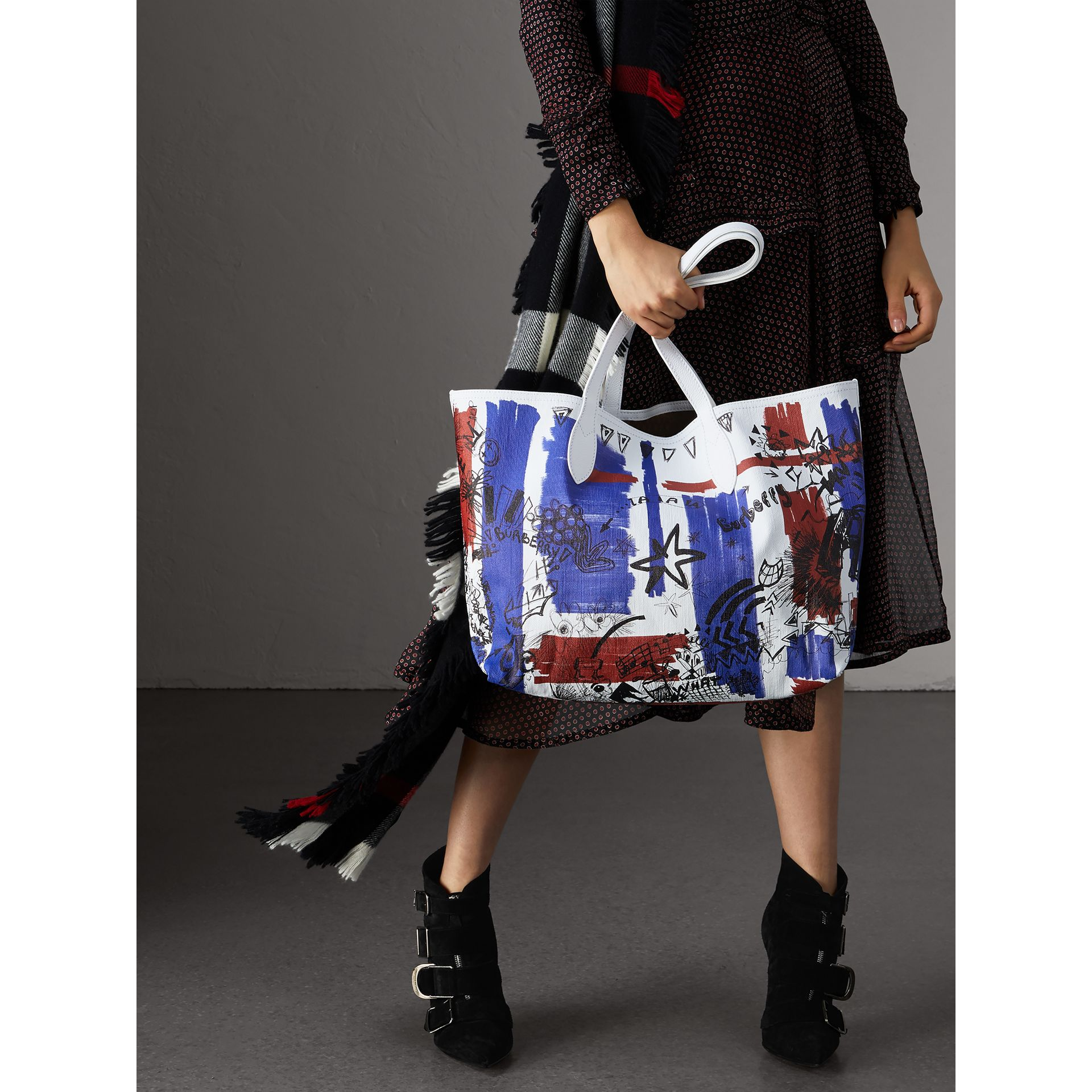 The Medium Doodle Tote in wendbarem Design (Weiss) | Burberry - Galerie-Bild 2