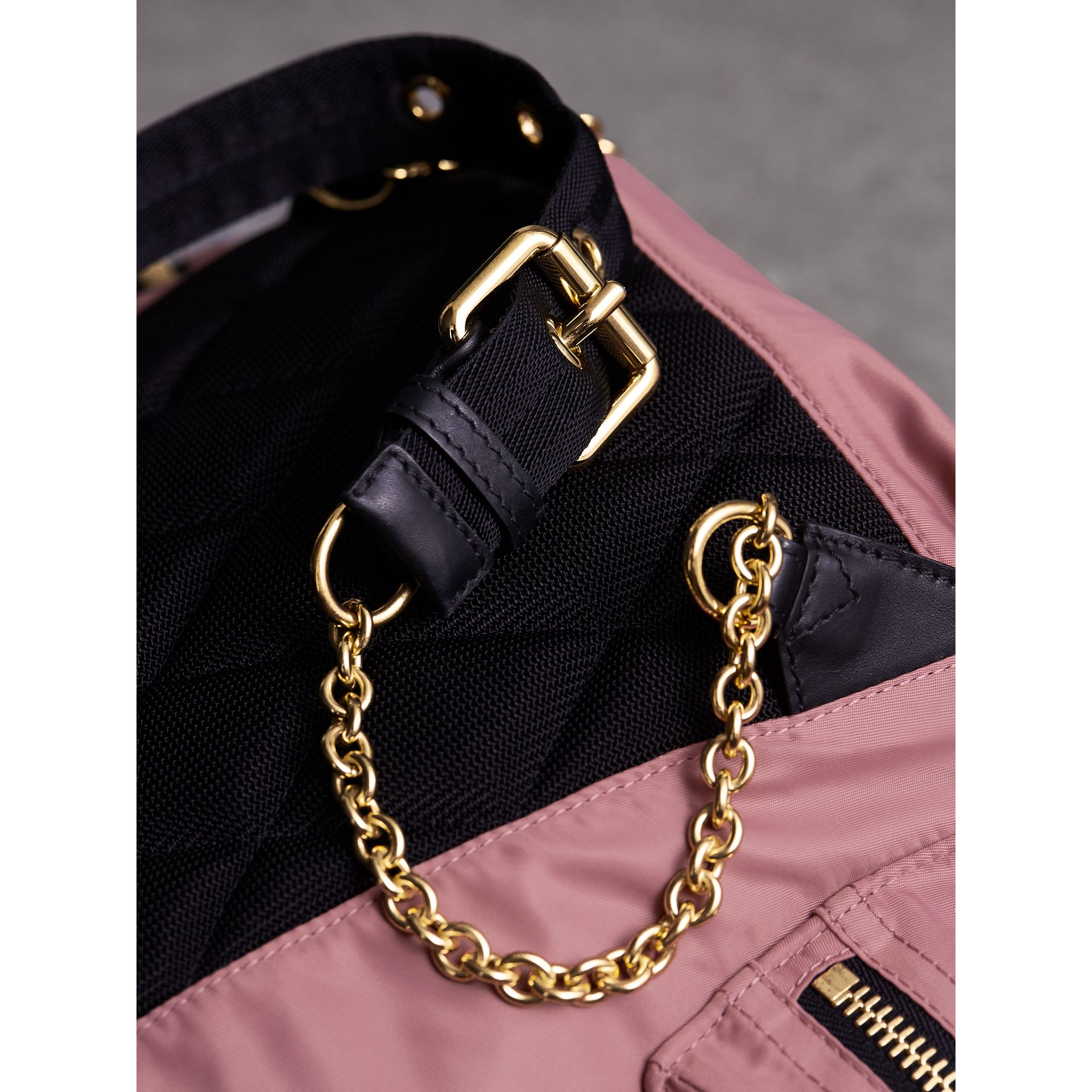 Zaino The Rucksack medio in nylon tecnico e pelle (Rosa Malva) - Donna | Burberry - immagine della galleria 7