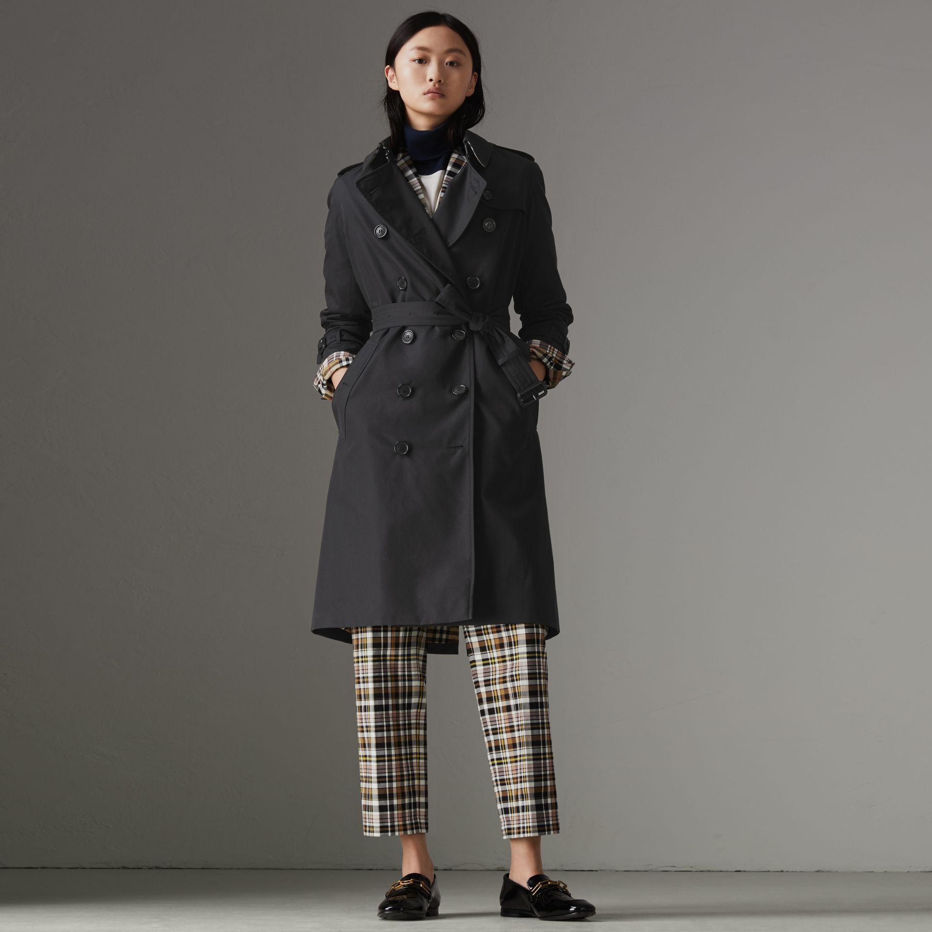 The Long Kensington Heritage Trench Coat in Midnight - Women | Burberry Singapore - gallery image 0