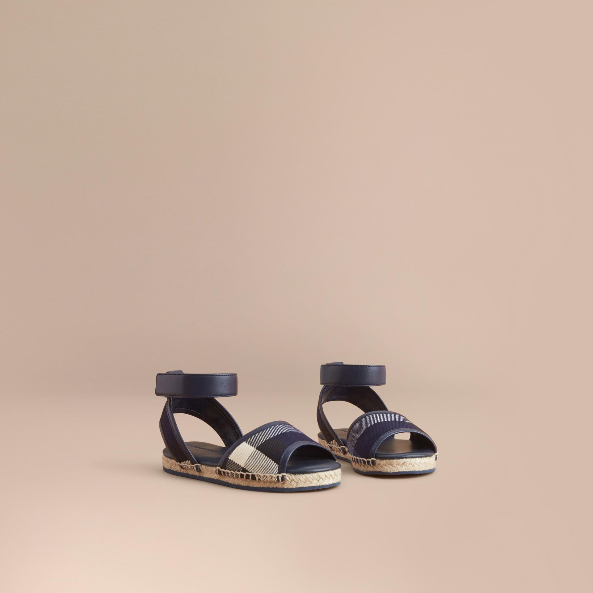 Sandálias estilo espadrilles em House Check com tira de couro (Safira Intenso) | Burberry - galeria de imagens 1