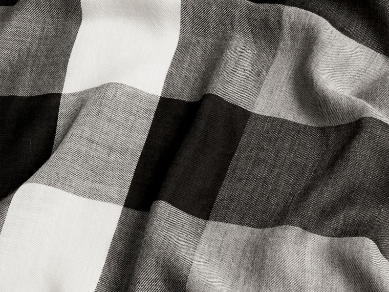 The Lightweight Cashmere Scarf in Check Mid Grey - cell image 4