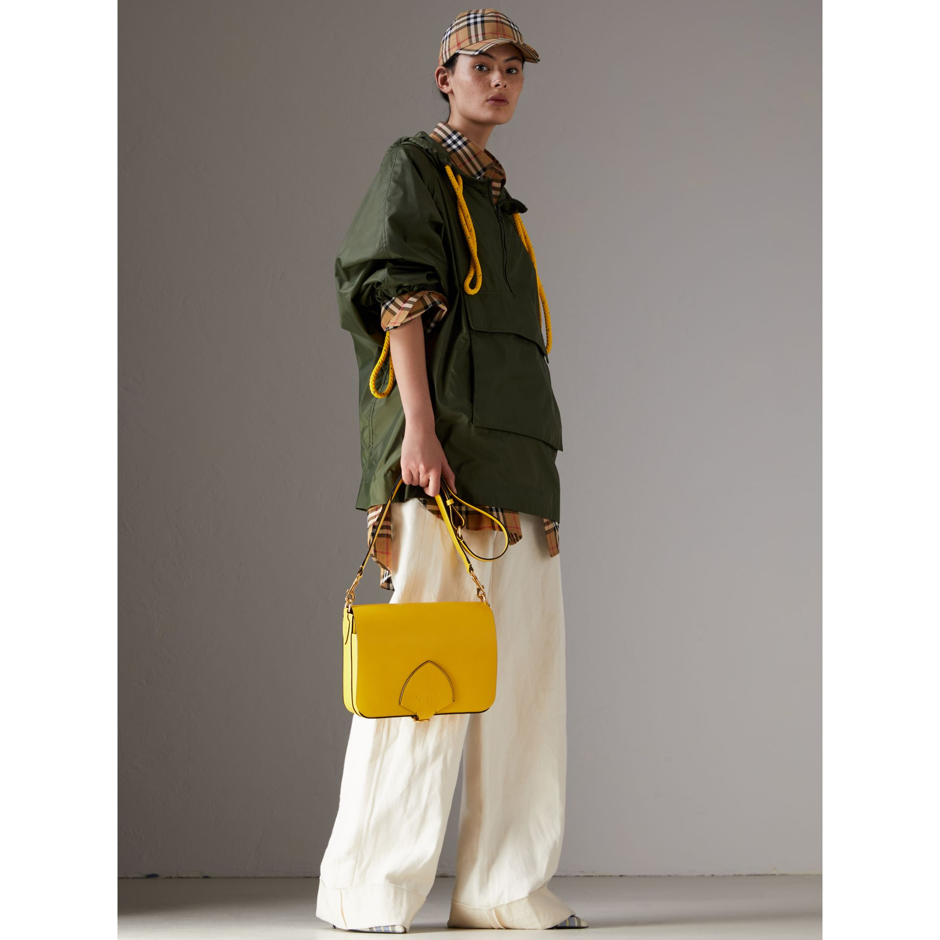 The Satchel squadrata grande in pelle (Giallo Larice Intenso) - Donna | Burberry - immagine della galleria 2