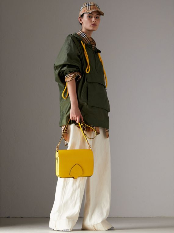 The Satchel squadrata grande in pelle (Giallo Larice Intenso) - Donna | Burberry - cell image 2