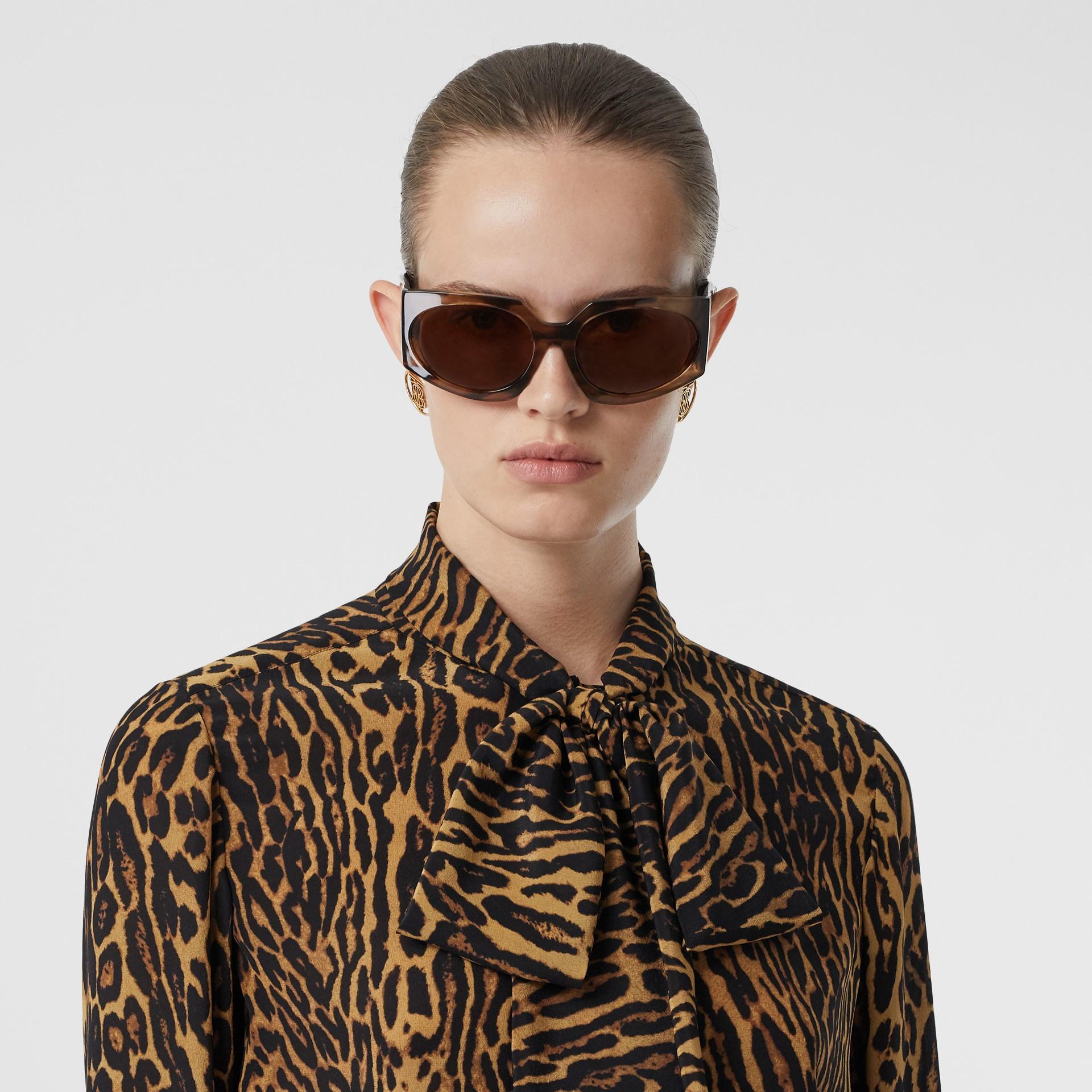 Blusa en gasa de seda con lazada al cuello y estampado estilo leopardo (Mostaza Oscuro) - Mujer | Burberry - imagen de la galería 1
