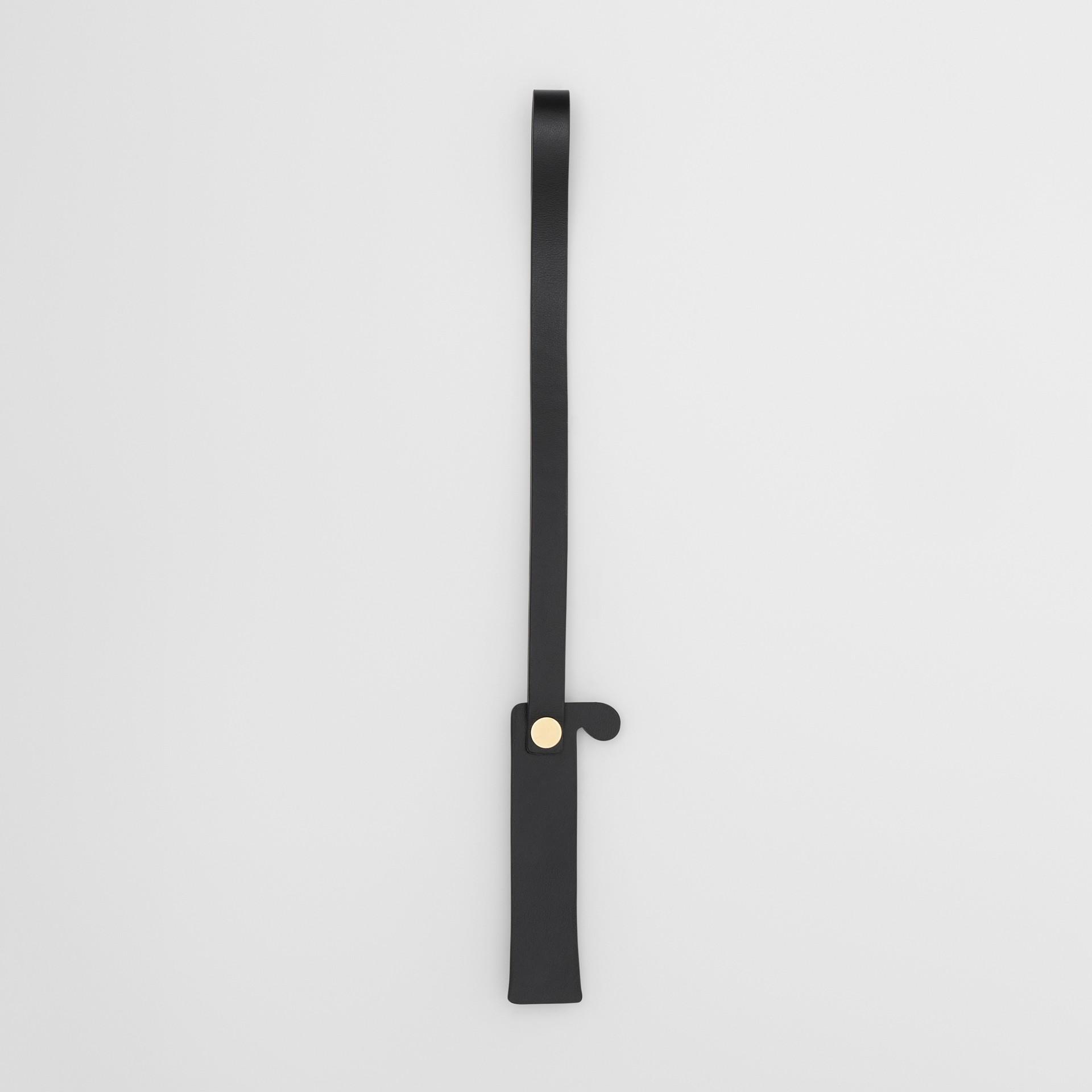 「I」鉚釘皮革字母吊飾 (黑色/淺金色) - 女款 | Burberry - 圖庫照片 2